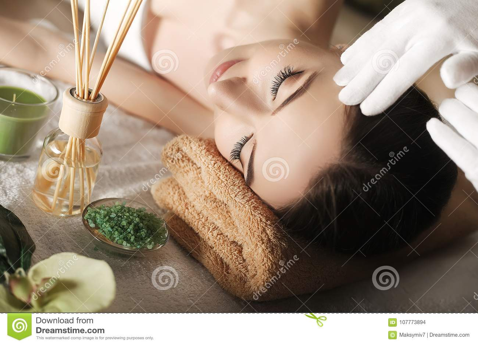 Kuuroord Close-up van een Young Woman Getting Spa Behandeling Kuuroordhuid en lichaamsverzorging Close-up van jonge wom