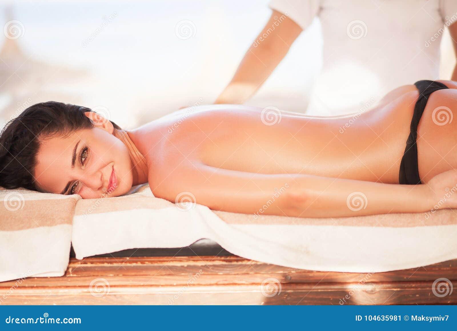 Download Kuuroord De Mooie Vrouw Krijgt Massage Op Zonnig Strand Ontspan Op Vacati Stock Afbeelding - Afbeelding bestaande uit massage, krijg: 104635981