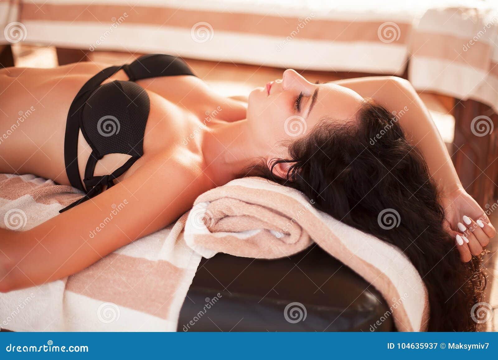 Download Kuuroord En Massage De Mooie Vrouw Krijgt Gezicht En Achtermassage Op Su Stock Afbeelding - Afbeelding bestaande uit achtergrond, mensen: 104635937