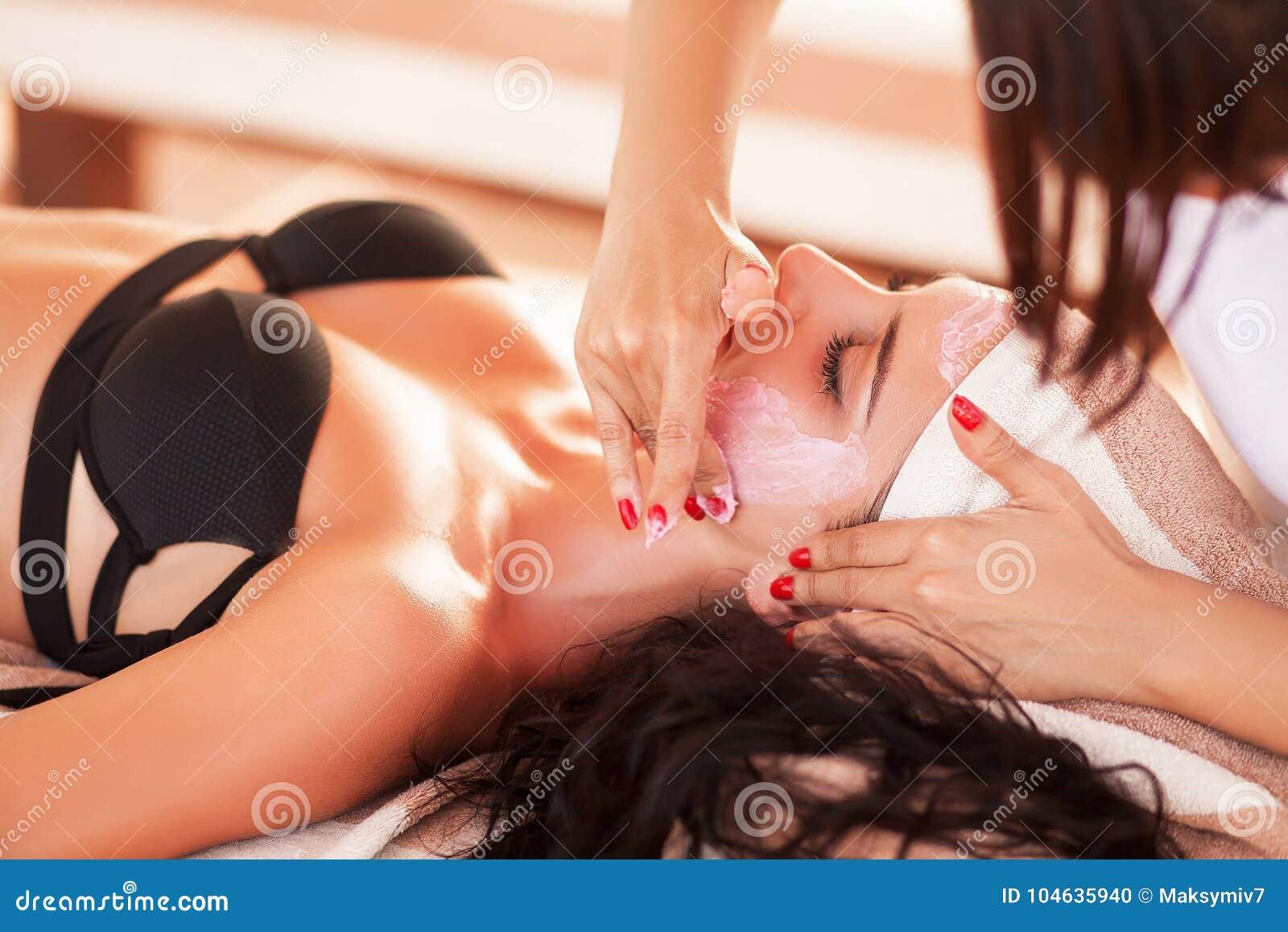 Download Kuuroord En Massage De Mooie Vrouw In Kuuroordsalon In Zonnig Strand Krijgt FA Stock Foto - Afbeelding bestaande uit mooi, hoofd: 104635940