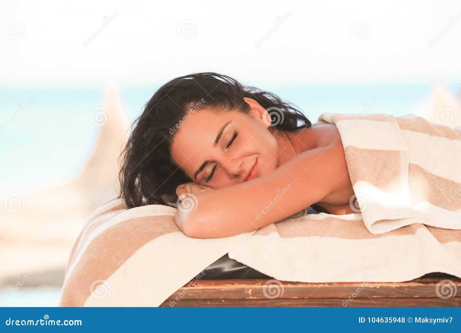 Download Kuuroord En Massage De Mooie Vrouw In Kuuroordsalon In Zonnig Strand Krijgt FA Stock Foto - Afbeelding bestaande uit mayan, chiropraktijk: 104635948