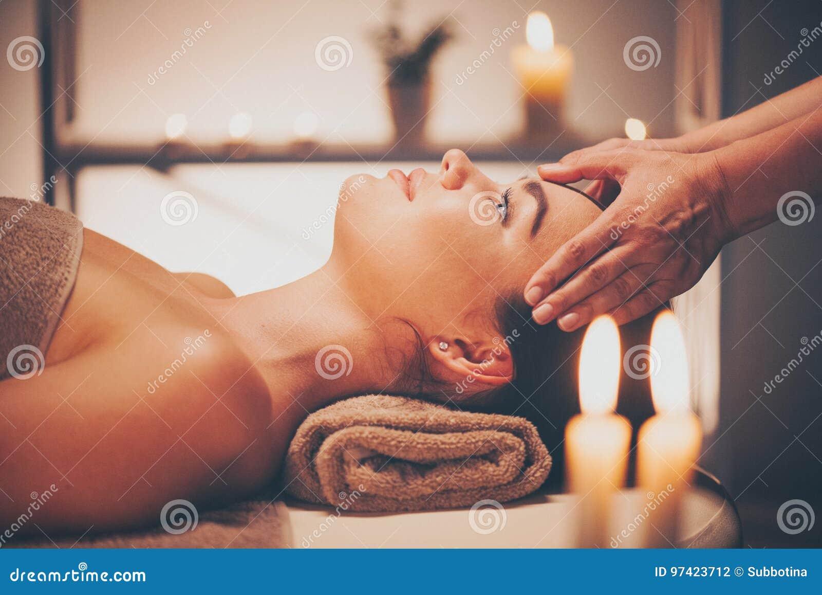 Kuuroord gezichtsmassage Donkerbruine vrouw die ontspannend gezichtsmassage genieten van