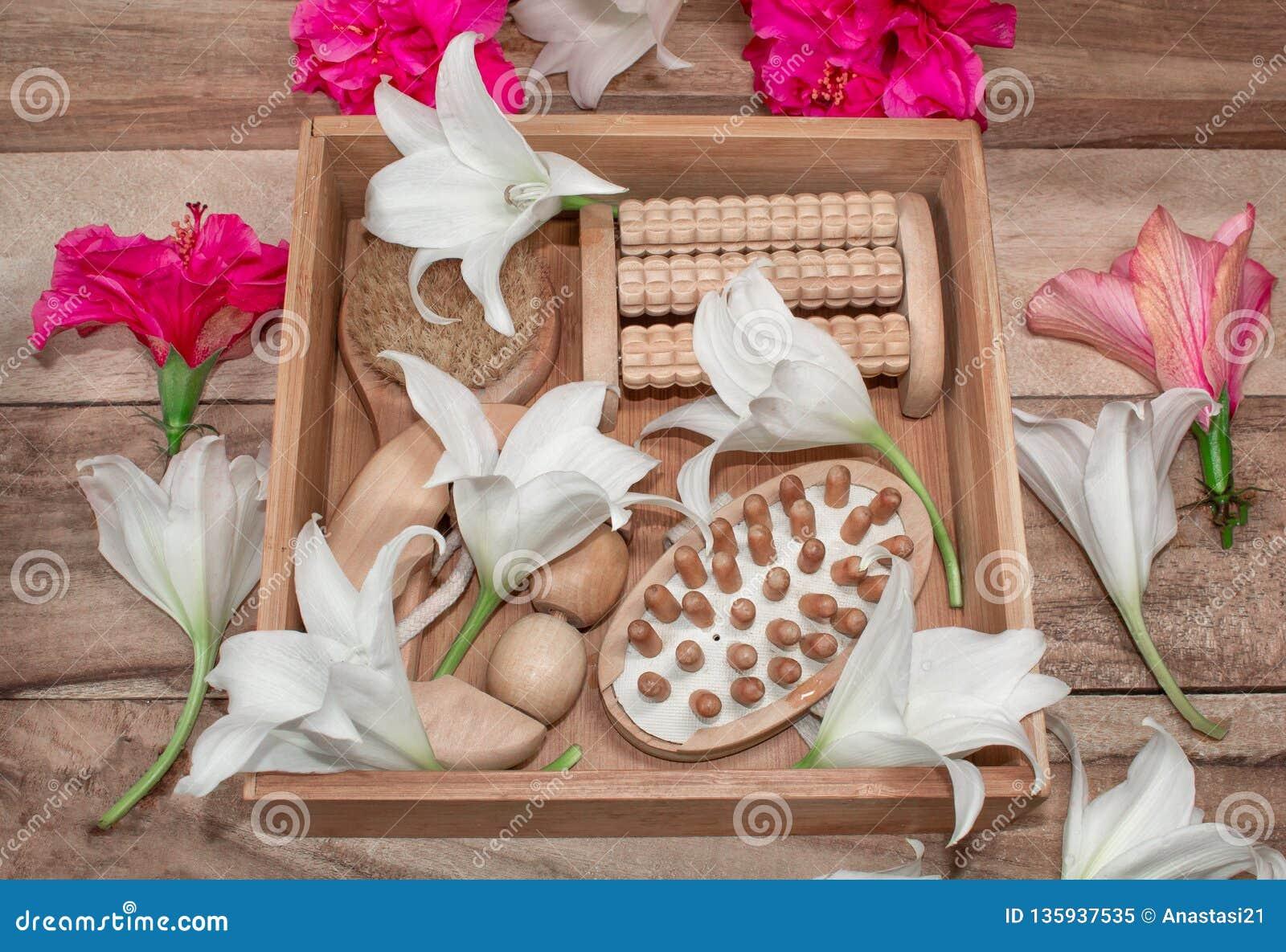 Kuuroordbehandelingen en massageproducten Badkamersbelevingswaarde, hoogste mening op een houten die lijst, met bloemen wordt ver