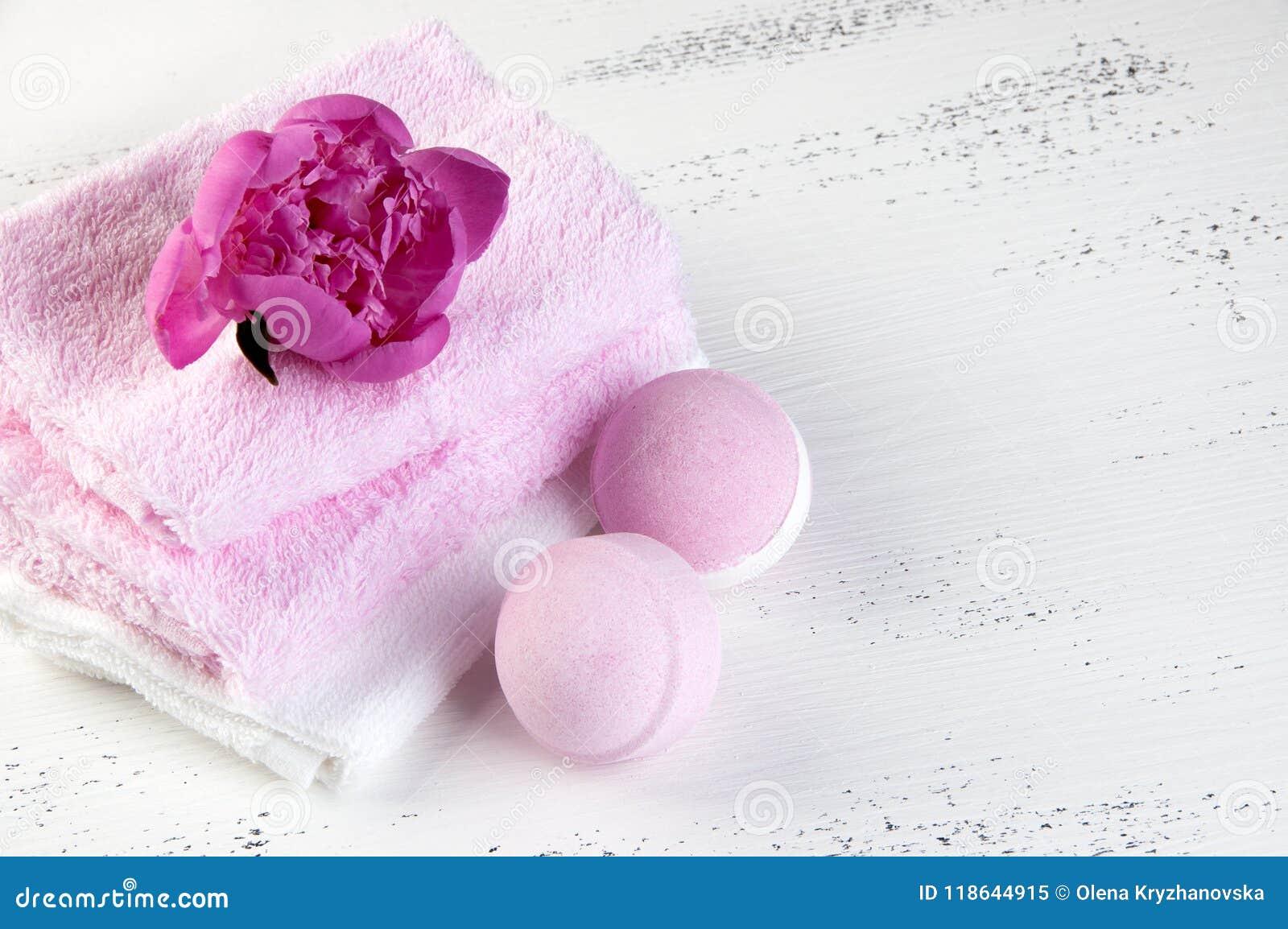 KUUROORDsamenstelling met badbommen en roze pioen