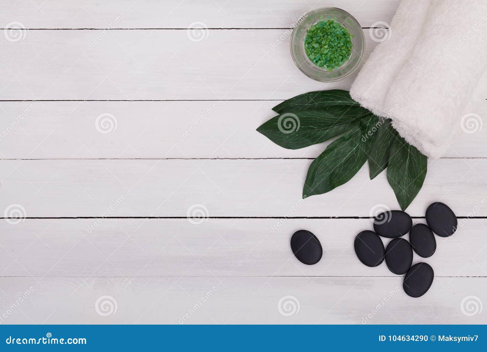 Download Kuuroordstilleven Met Aromatische Kaarsen, Orchideebloem En Stenen Stock Foto - Afbeelding bestaande uit up, schoonheid: 104634290