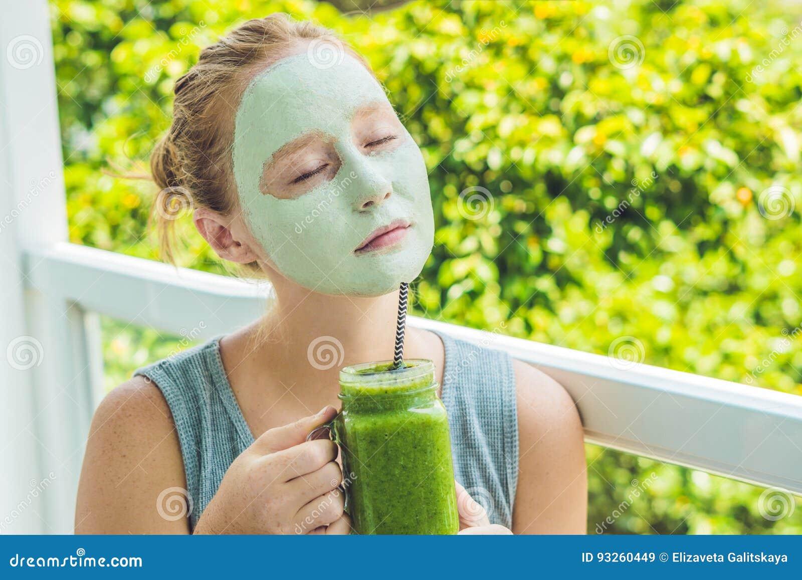 Kuuroordvrouw die Gezichts groen kleimasker toepassen Schoonheidsbehandelingen Fr