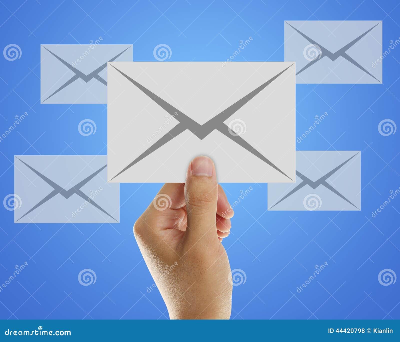 Kuvertemail i hand av affärsmannen