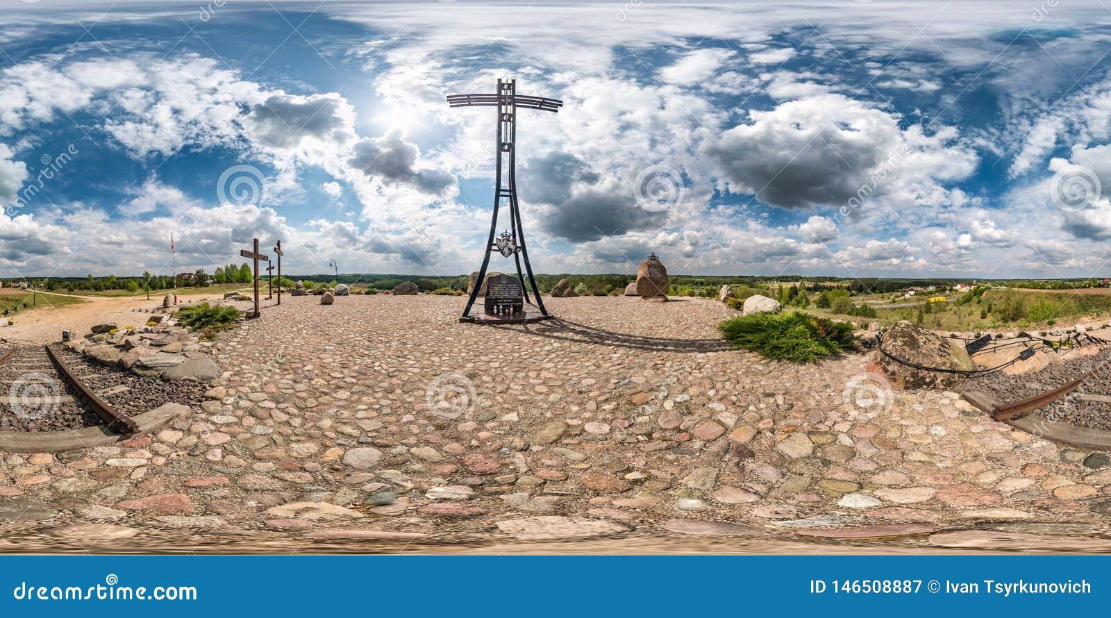 KUZNICA, POLONIA - MAYO DE 2019: Panorama inconsútil completo 360 grados de opinión de ángulo sobre cruz conmemorativa enorme en