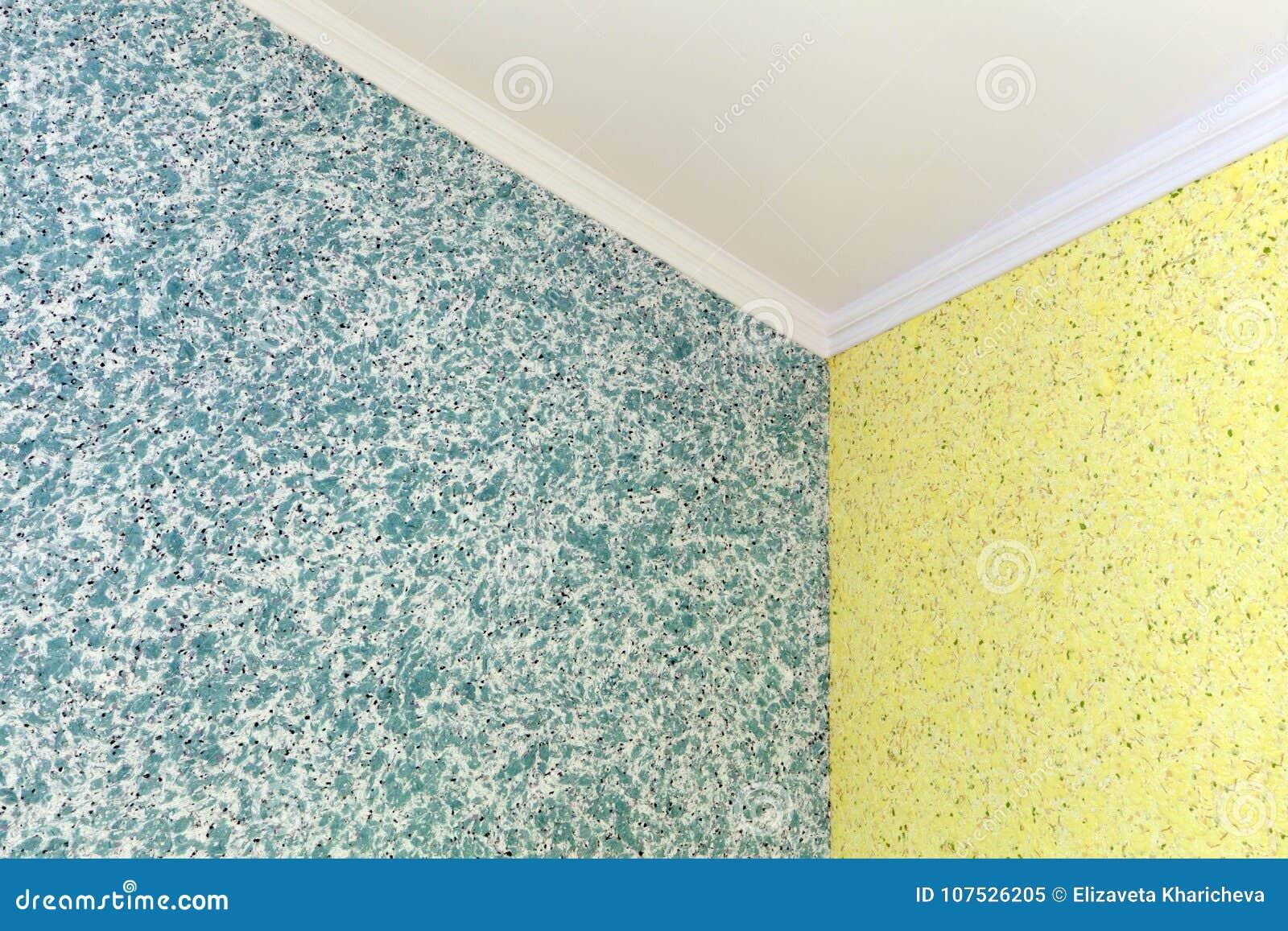 Kvalitets- övergång från blått till den gula vätsketapeten i hörnet av rummet