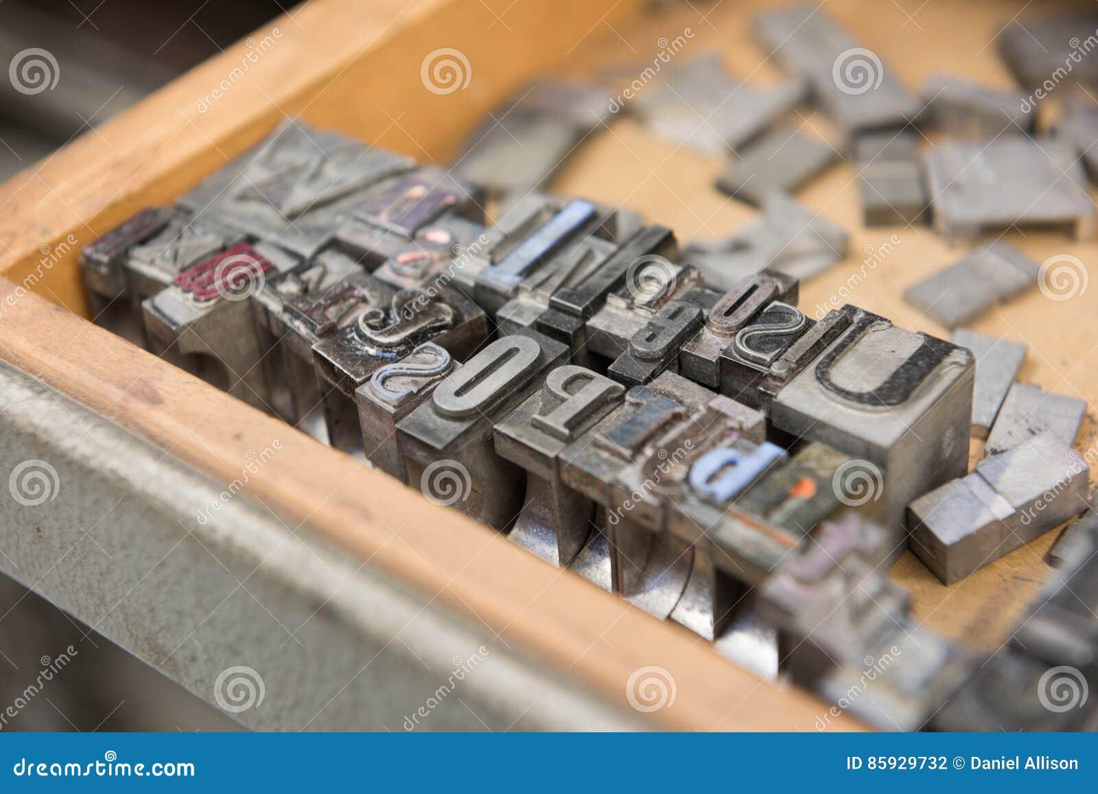 Kvarter för printing för tappningledningsboktryck mot en riden ut träenhetsbakgrund med bokeh
