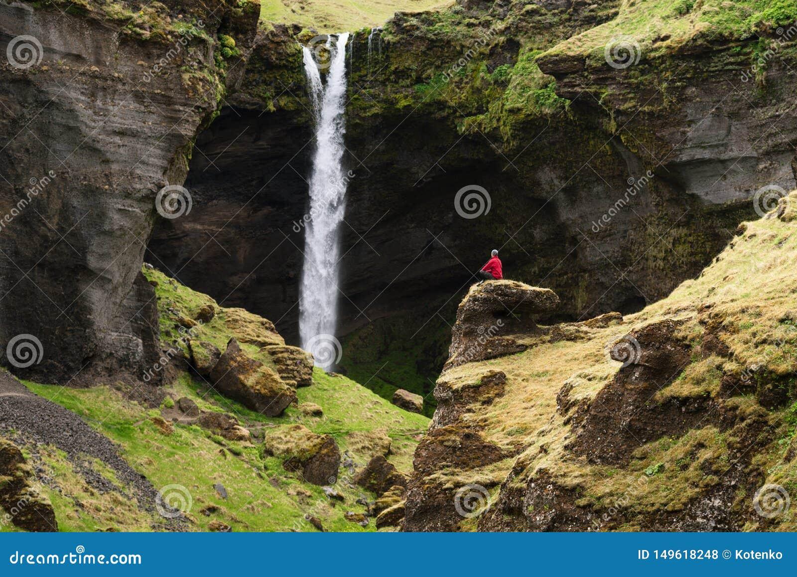 Kvernufoss vattenfall i den pittoreska klyftan av Island
