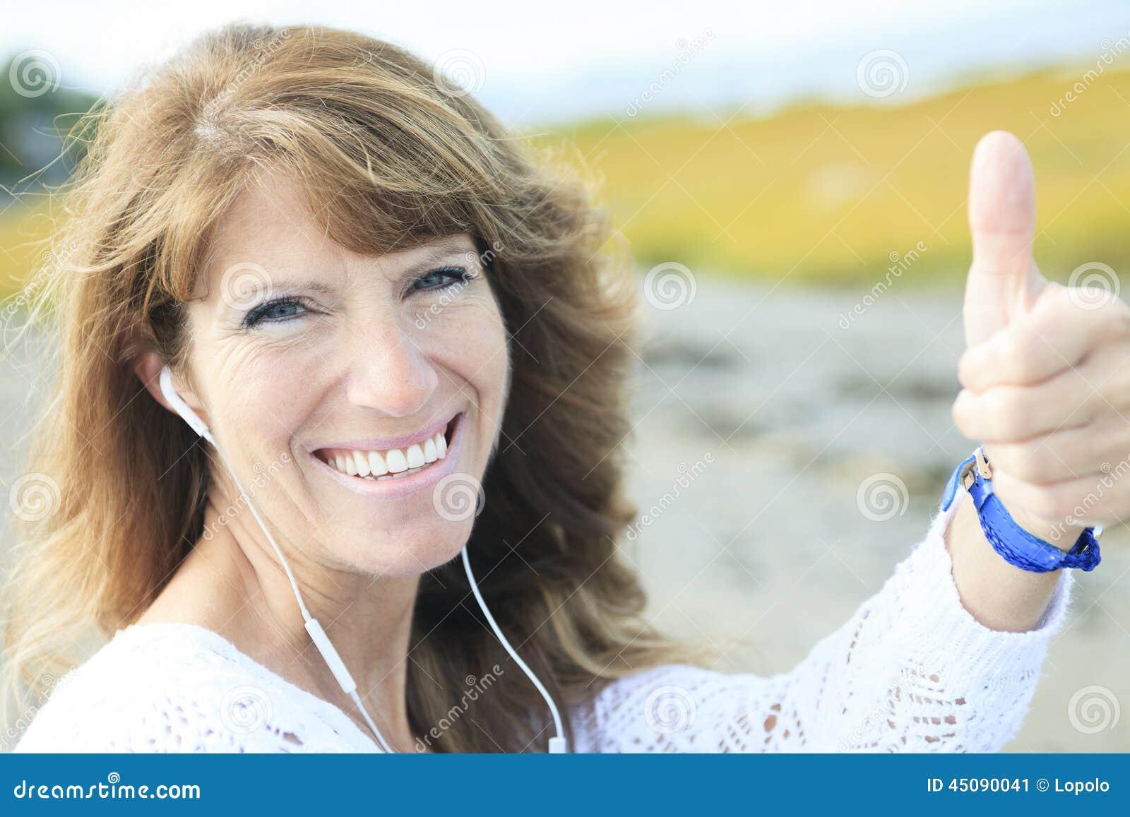 kvinna 60 år Kvinna 60 år Gammal Headphonerealitet Fotografering för Bildbyråer  kvinna 60 år