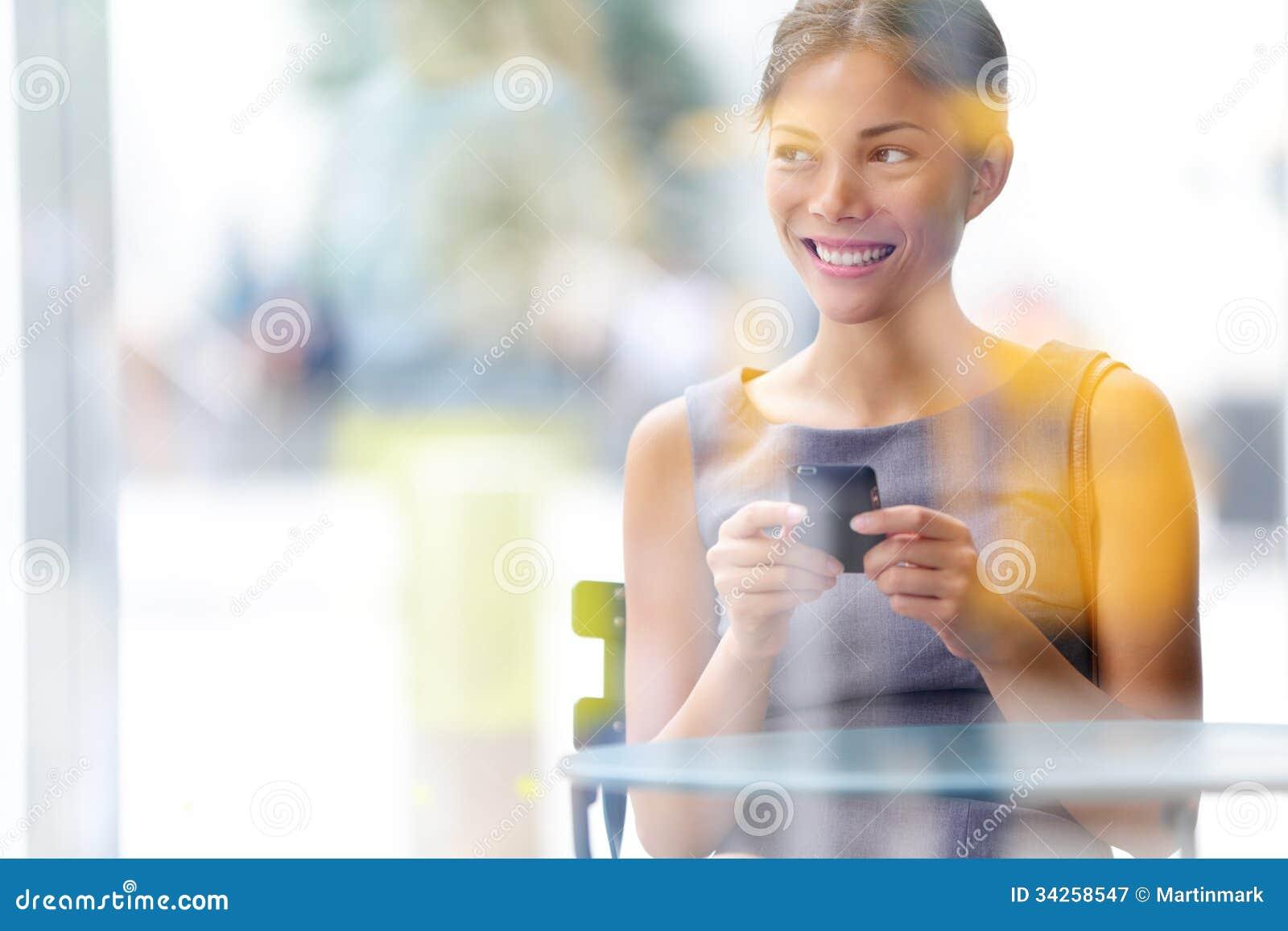 Kvinna för affär för stadskafélivsstil på smartphonen