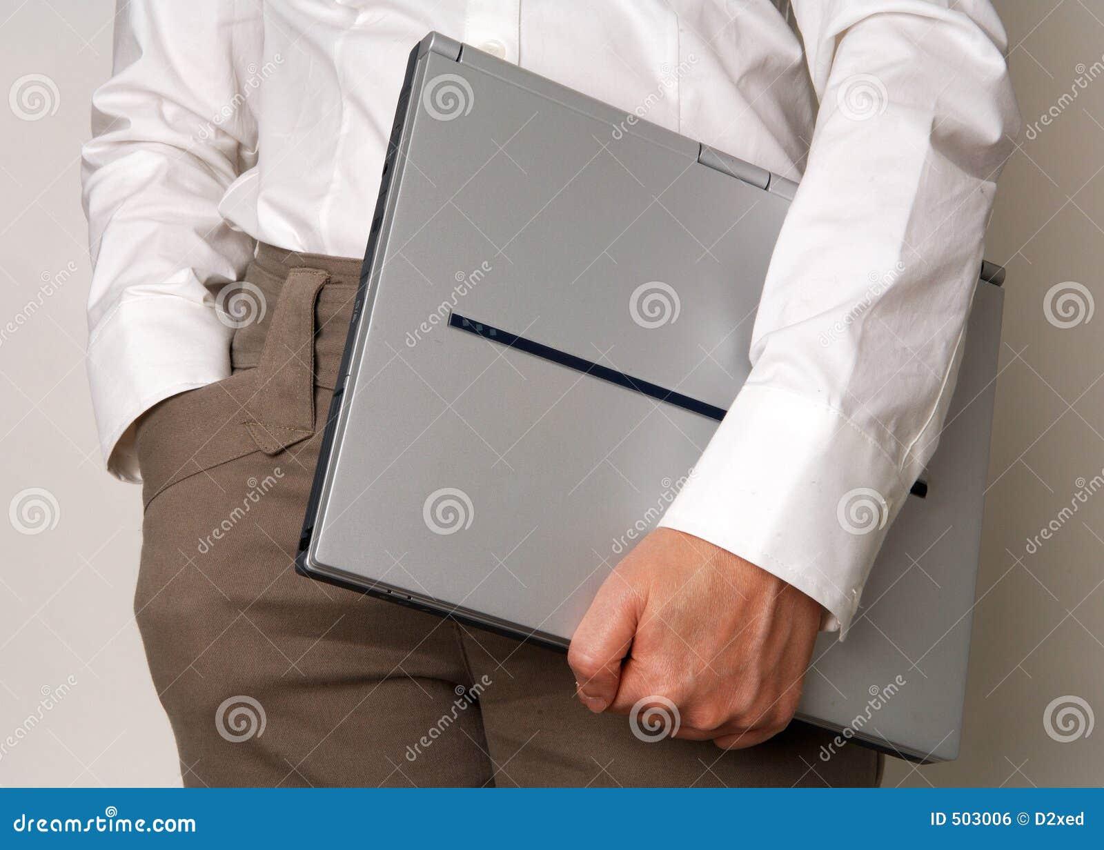 Kvinna för affärsholdingbärbar dator