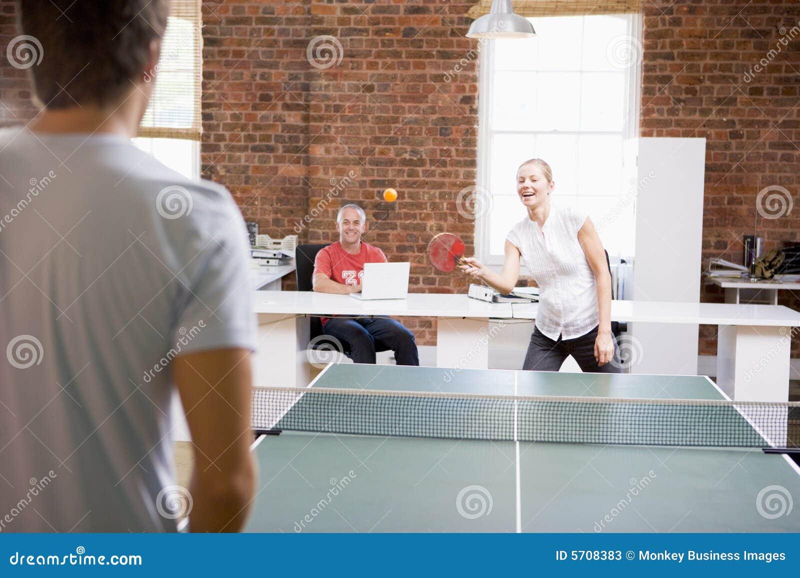 Kvinna för avstånd för pong för mankontorsping leka