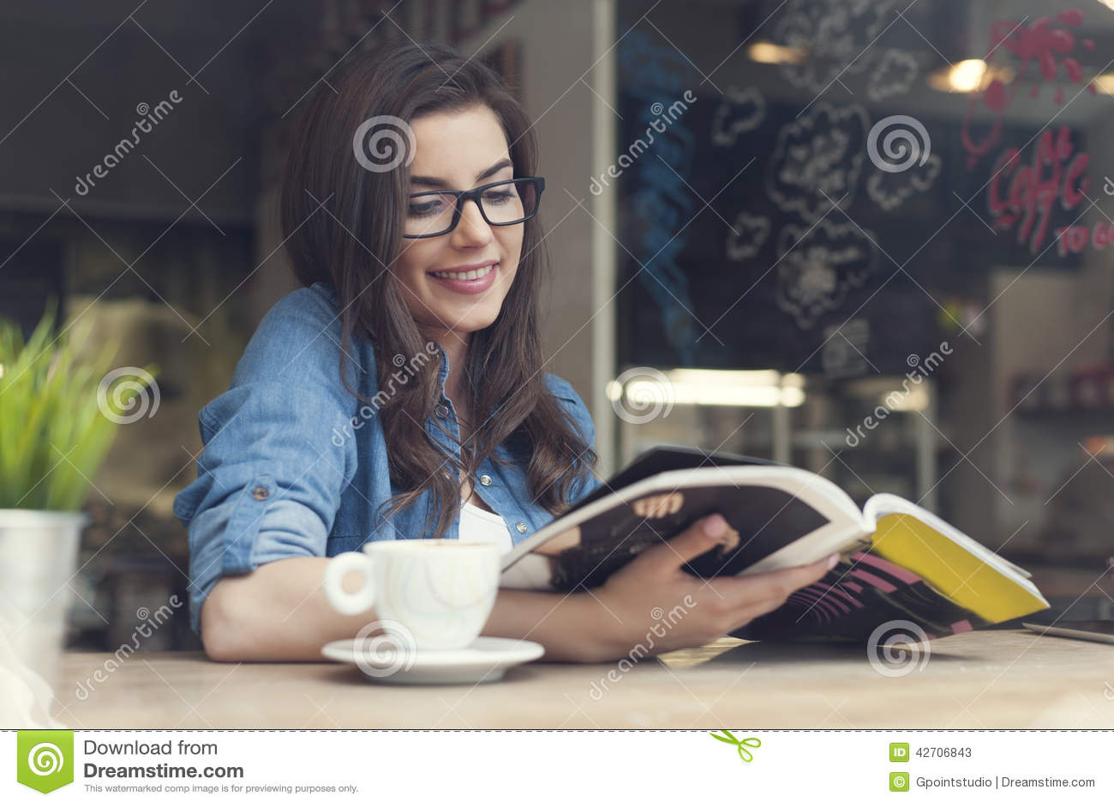 Kvinna för cafetidskriftavläsning