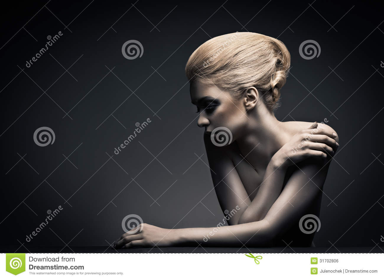 Kvinna för högt mode med abstrakt hårstil