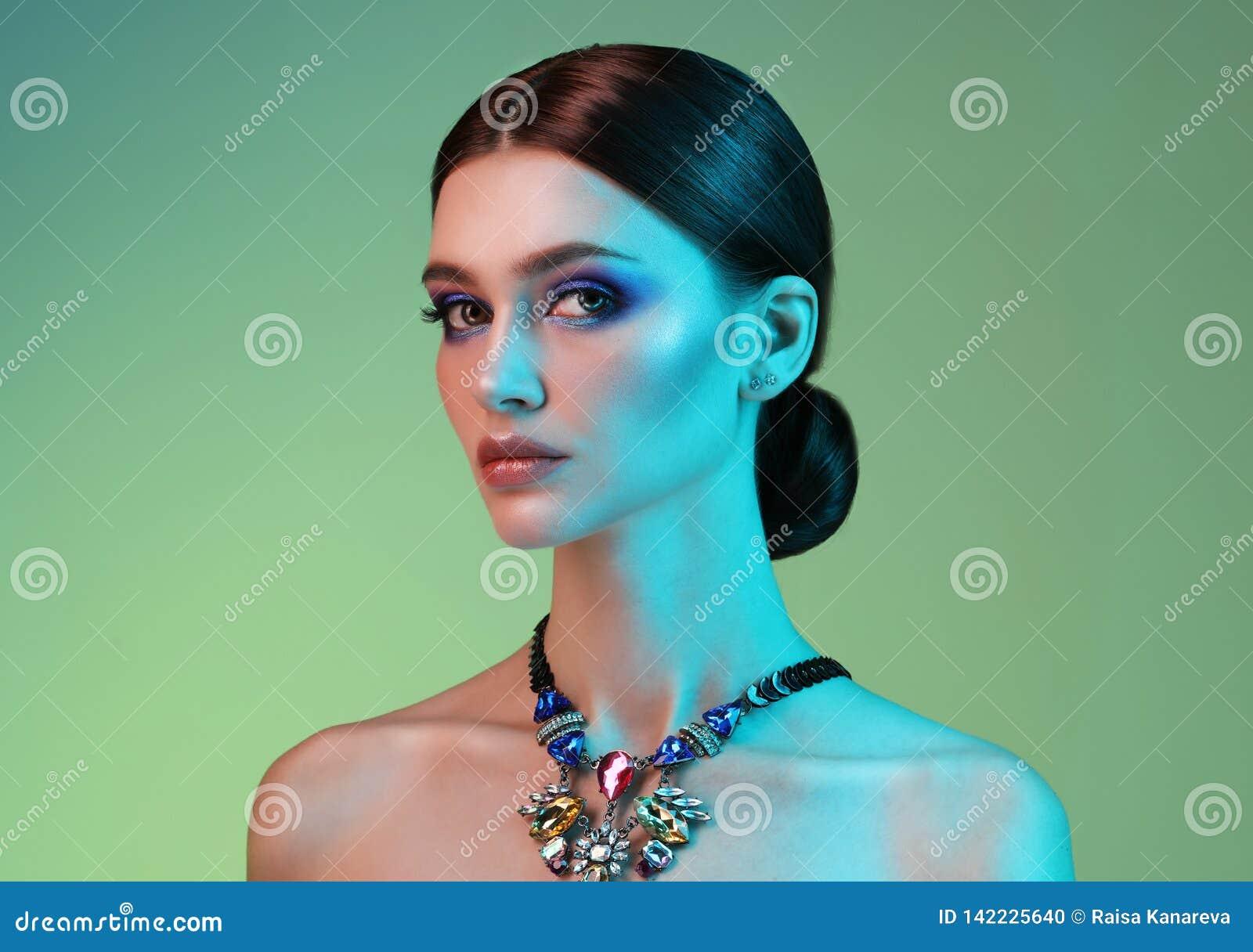 Kvinna för modell för högt mode i färgrika ljusa ljus som poserar i studio