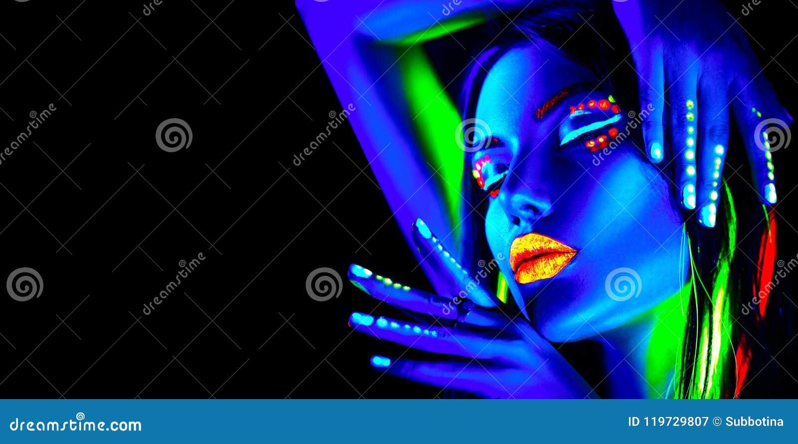 Kvinna för modemodell i neonljus, stående av den härliga modellflickan med fluorescerande makeup, design för kroppkonst i UV