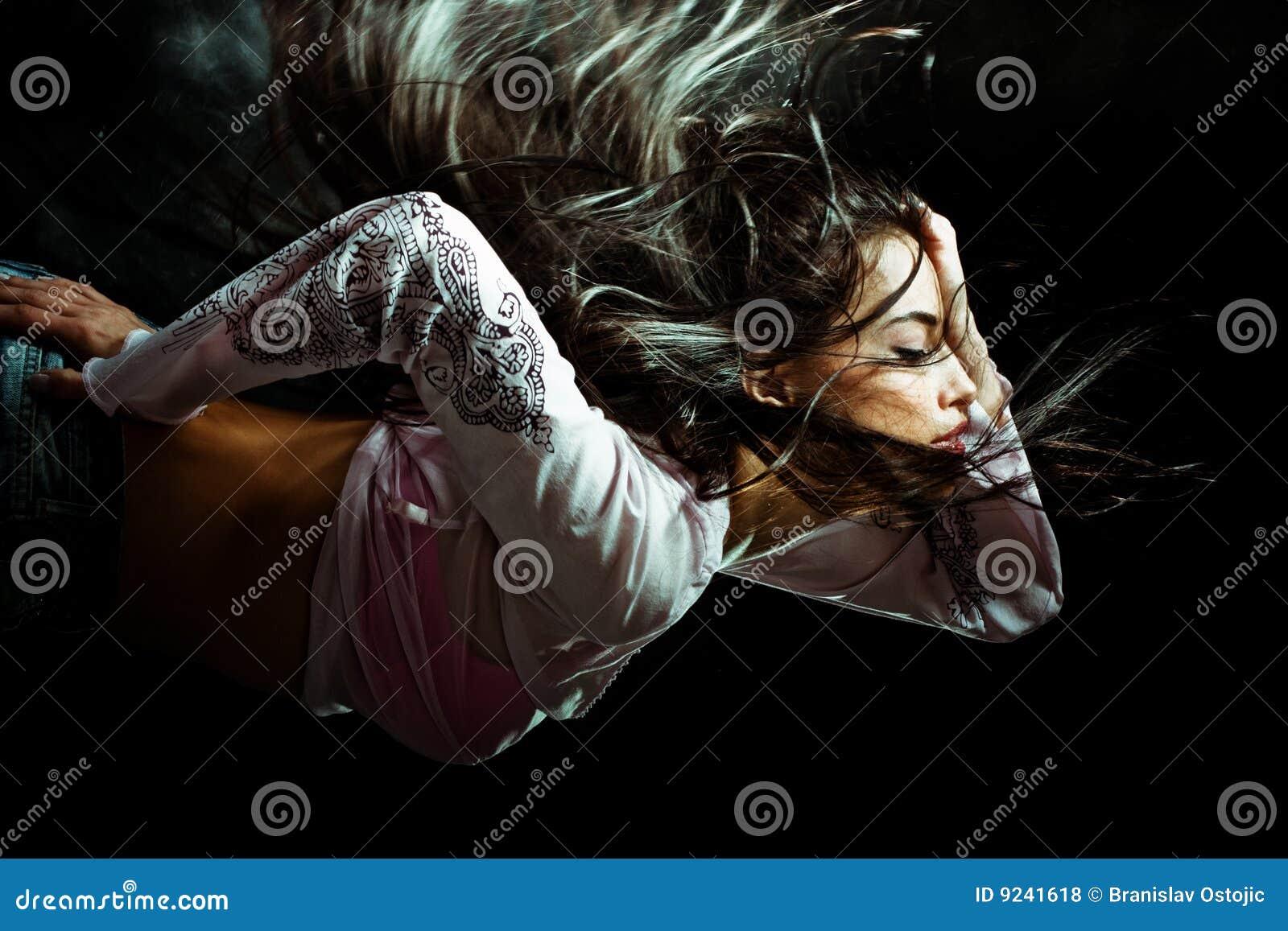 Kvinna för natt för flyghår lång