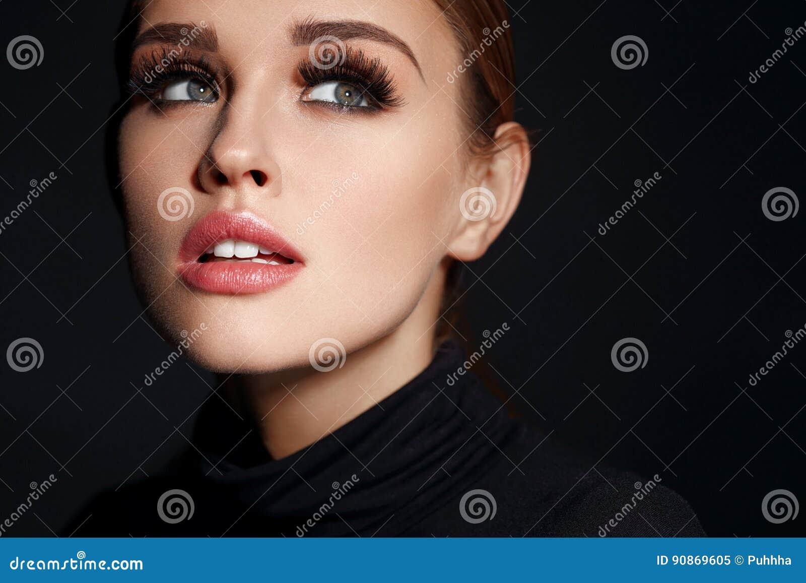 Kvinna för smink för skönhetframsidamode Härlig kvinnlig med makeup, långa ögonfrans