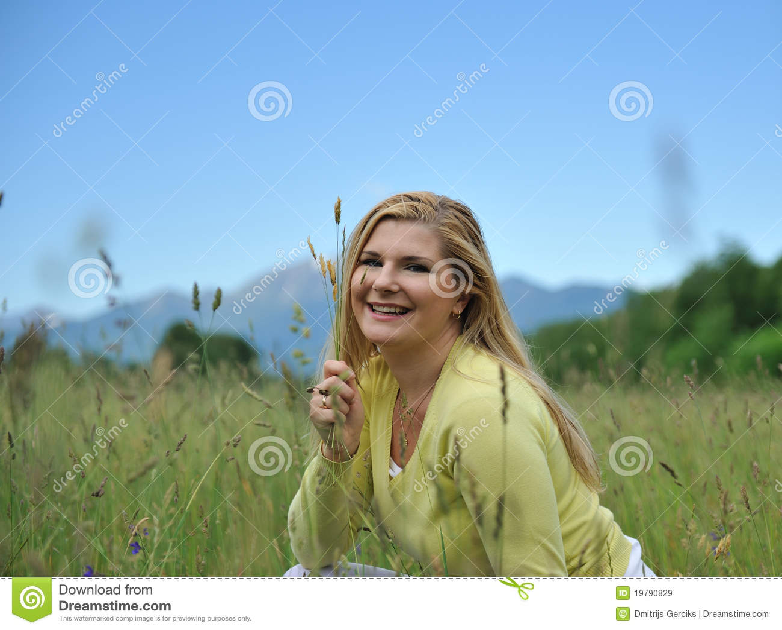 Kvinna för sommar för grön det fria för fält nätt