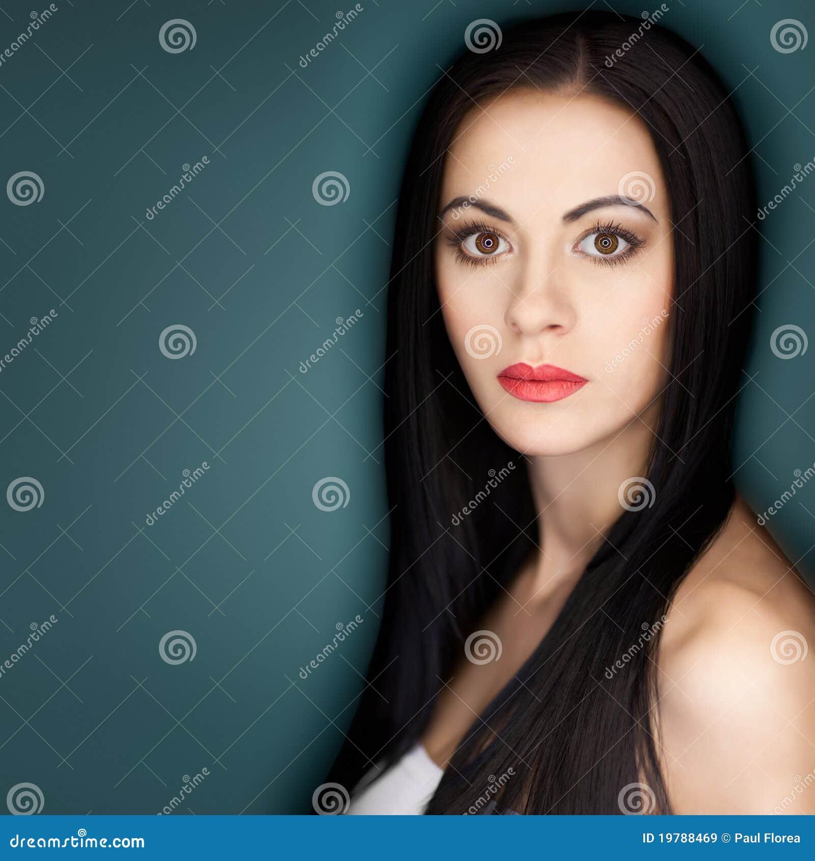 Kvinna för stående för brunetthår lång