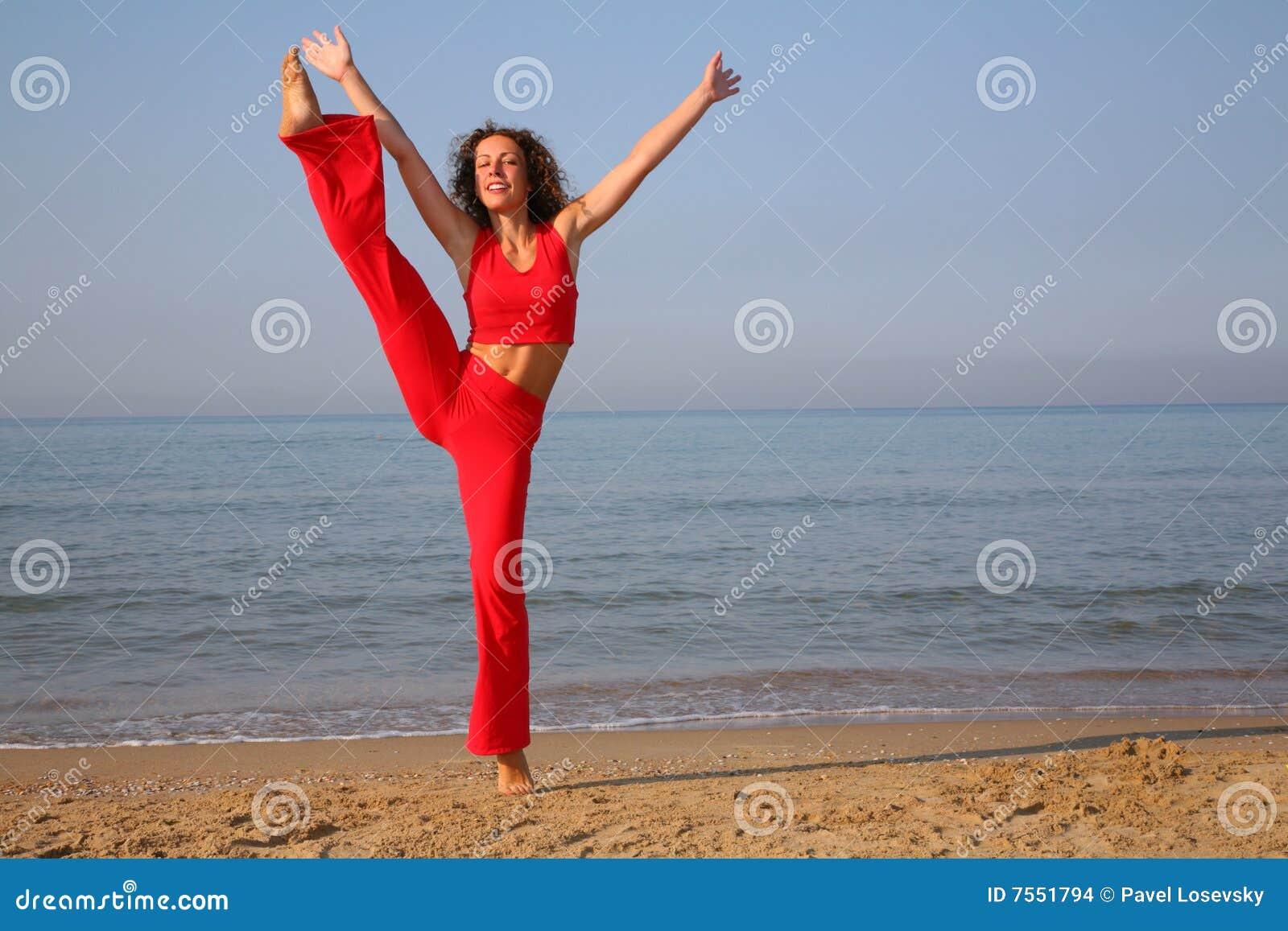 Kvinna för strandkonditionbanhoppning