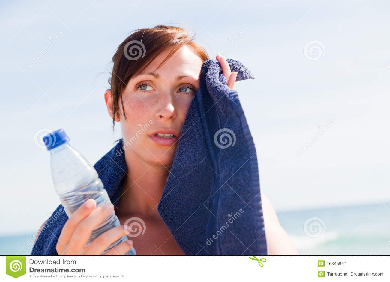Kvinna för strandsporthandduk