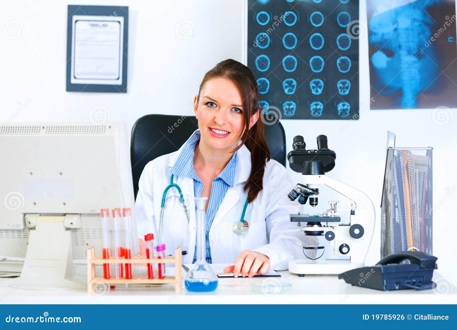 Kvinna för tabell för doktorsläkarundersökning sittande le