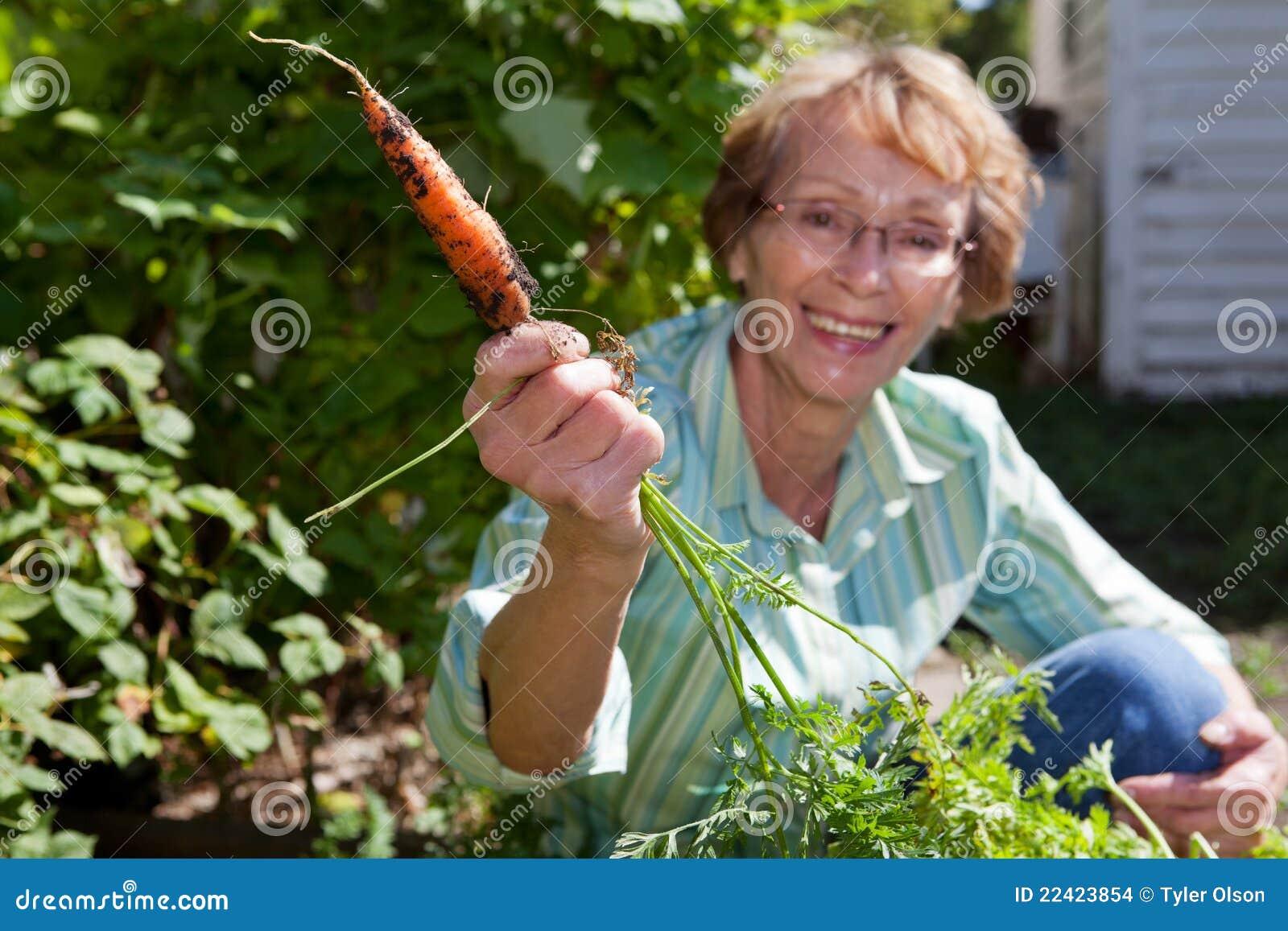 Kvinna för morotholdingpensionär