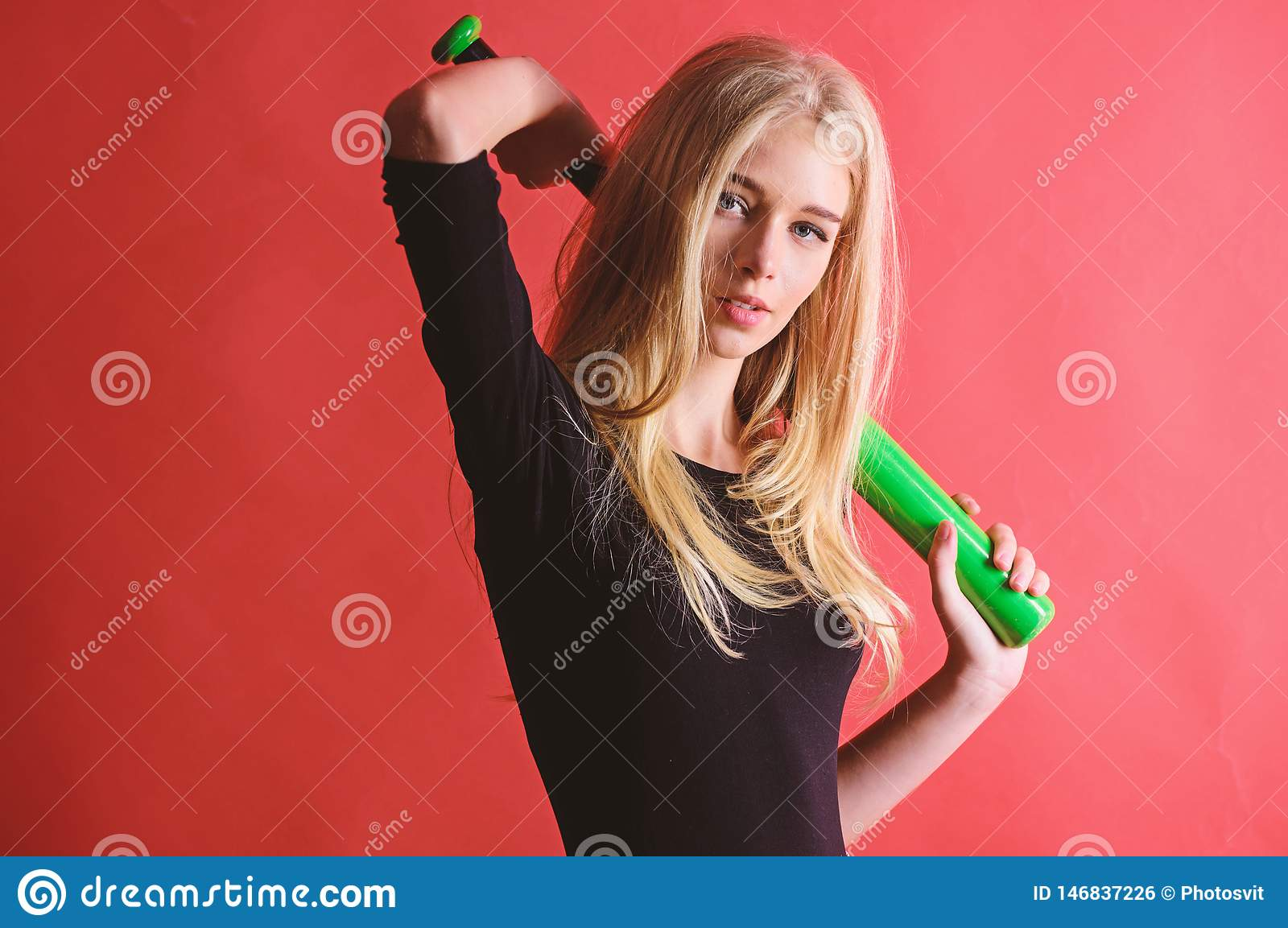 Kvinna i baseballsport Kvinnligt spelarebegrepp f?r baseball F?rsiktigt men l?mpligtvis Sparka av Fokuserat p? resultat Kvinnan t