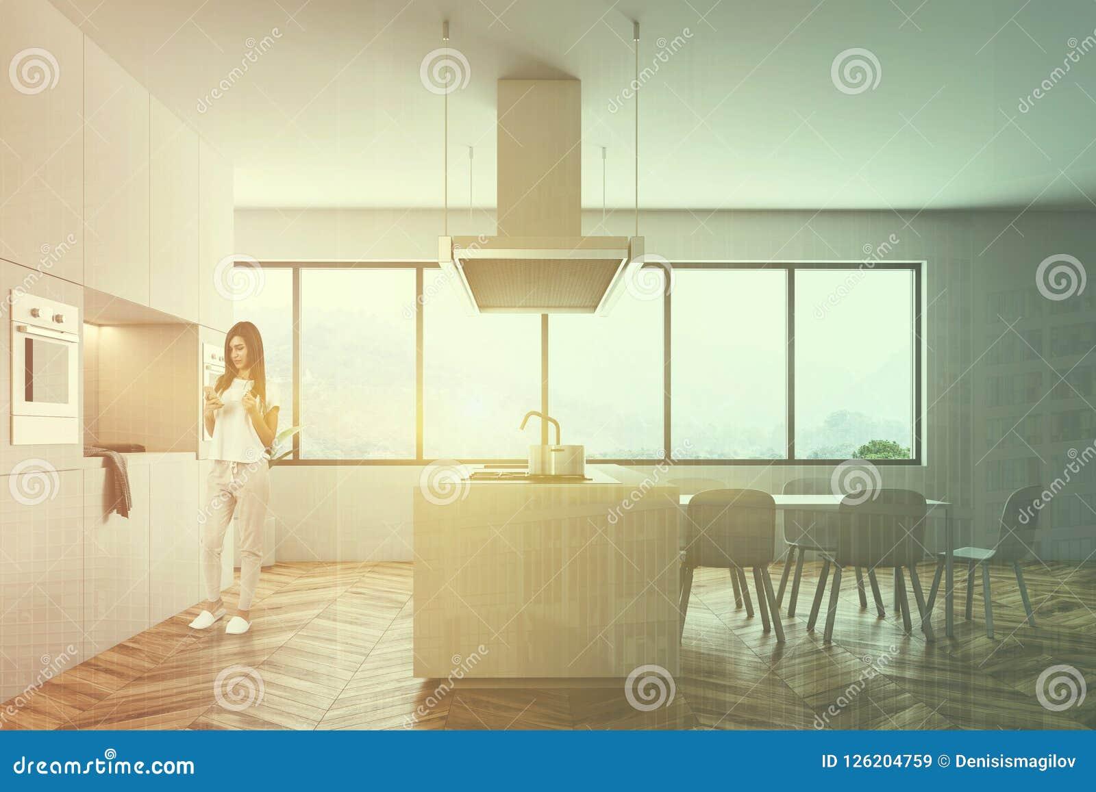 Kvinna i den vita kökinre med en tabell