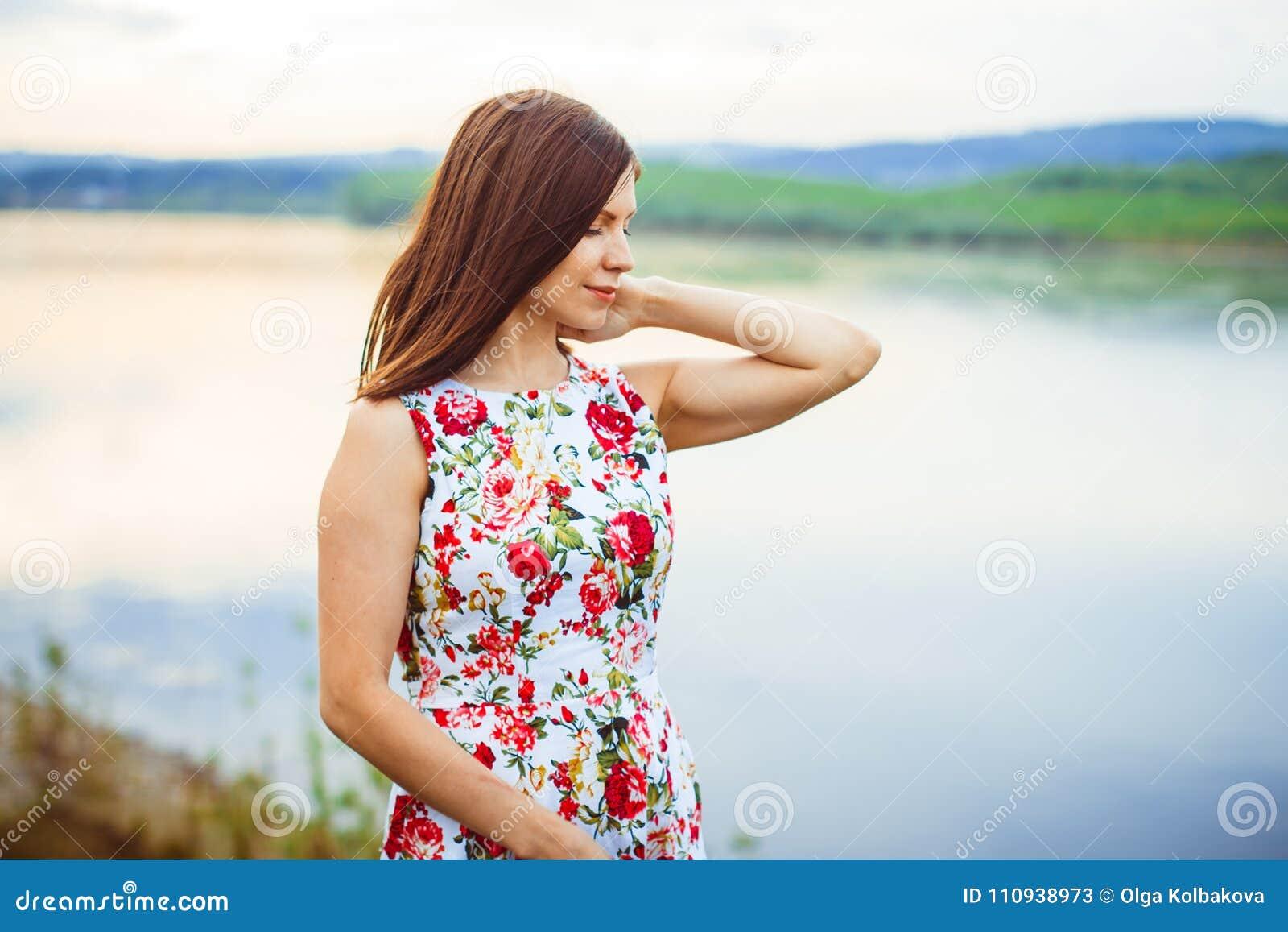 Kvinna i en flodklänning