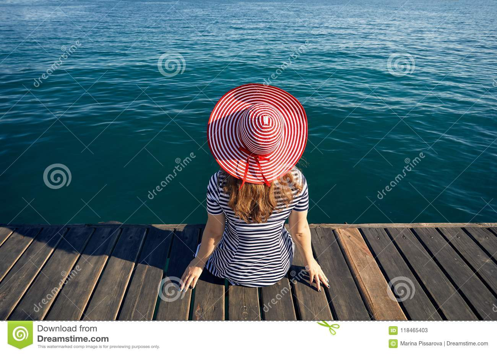Kvinna i hatt på träpir