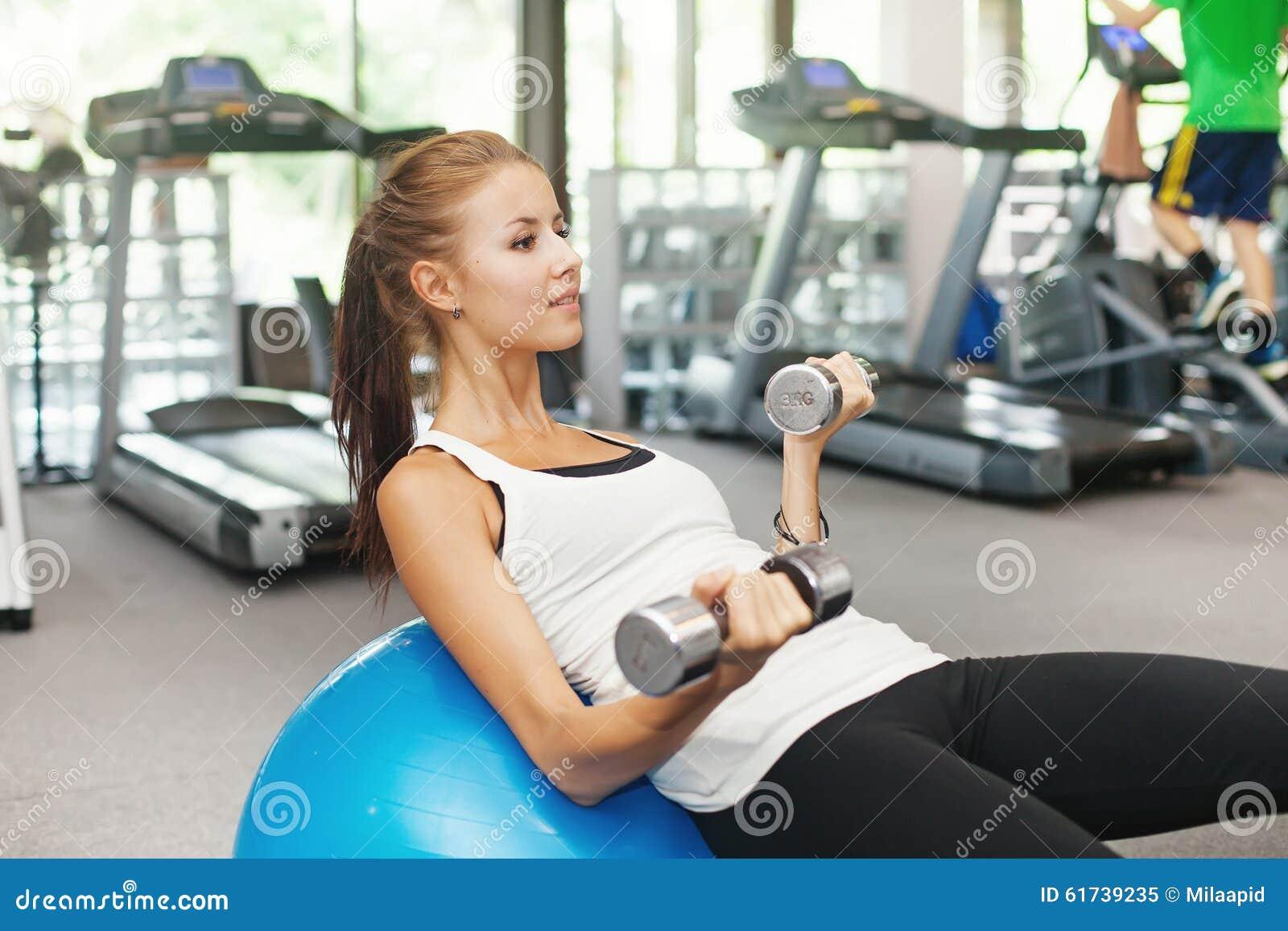 Kvinna i idrottshall