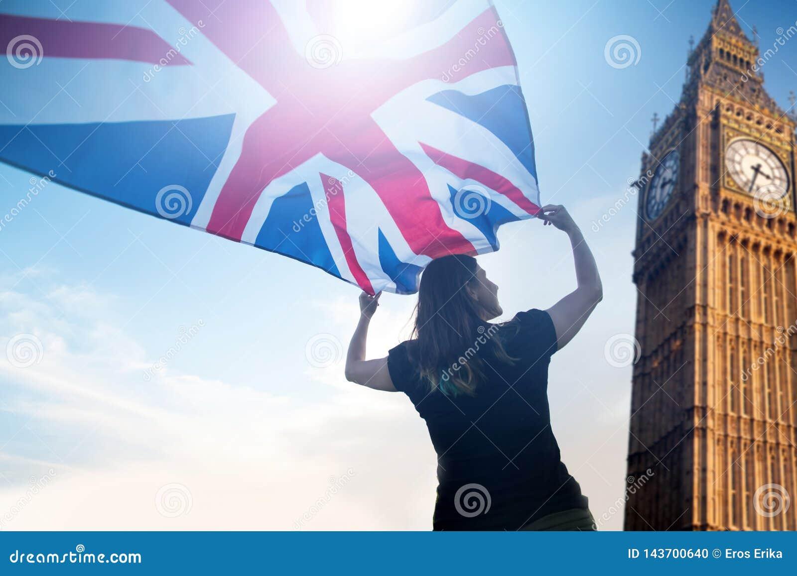 Kvinna i London med en flagga