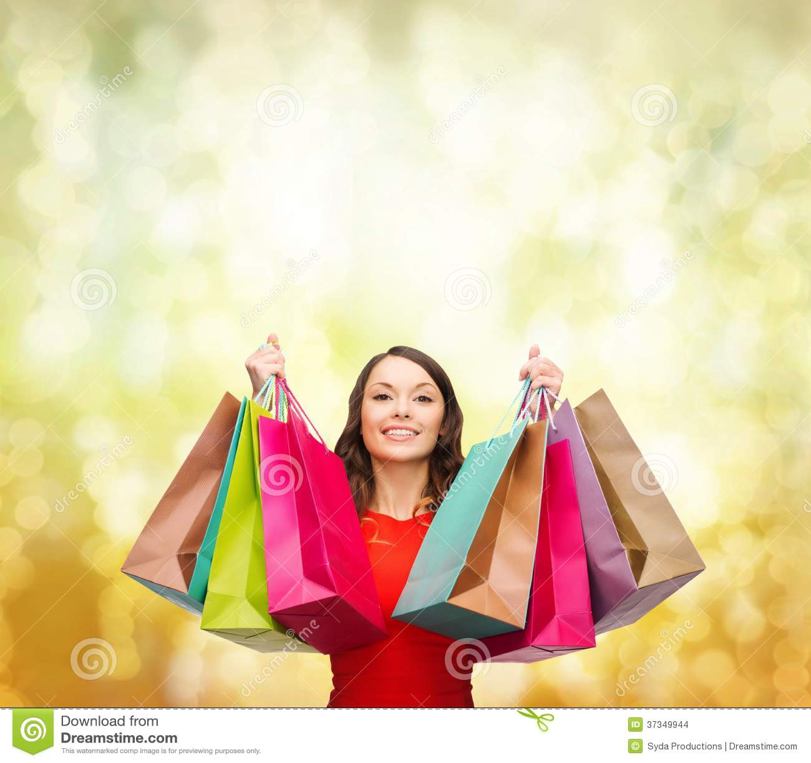 Kvinna i röd klänning med färgrika shoppingpåsar