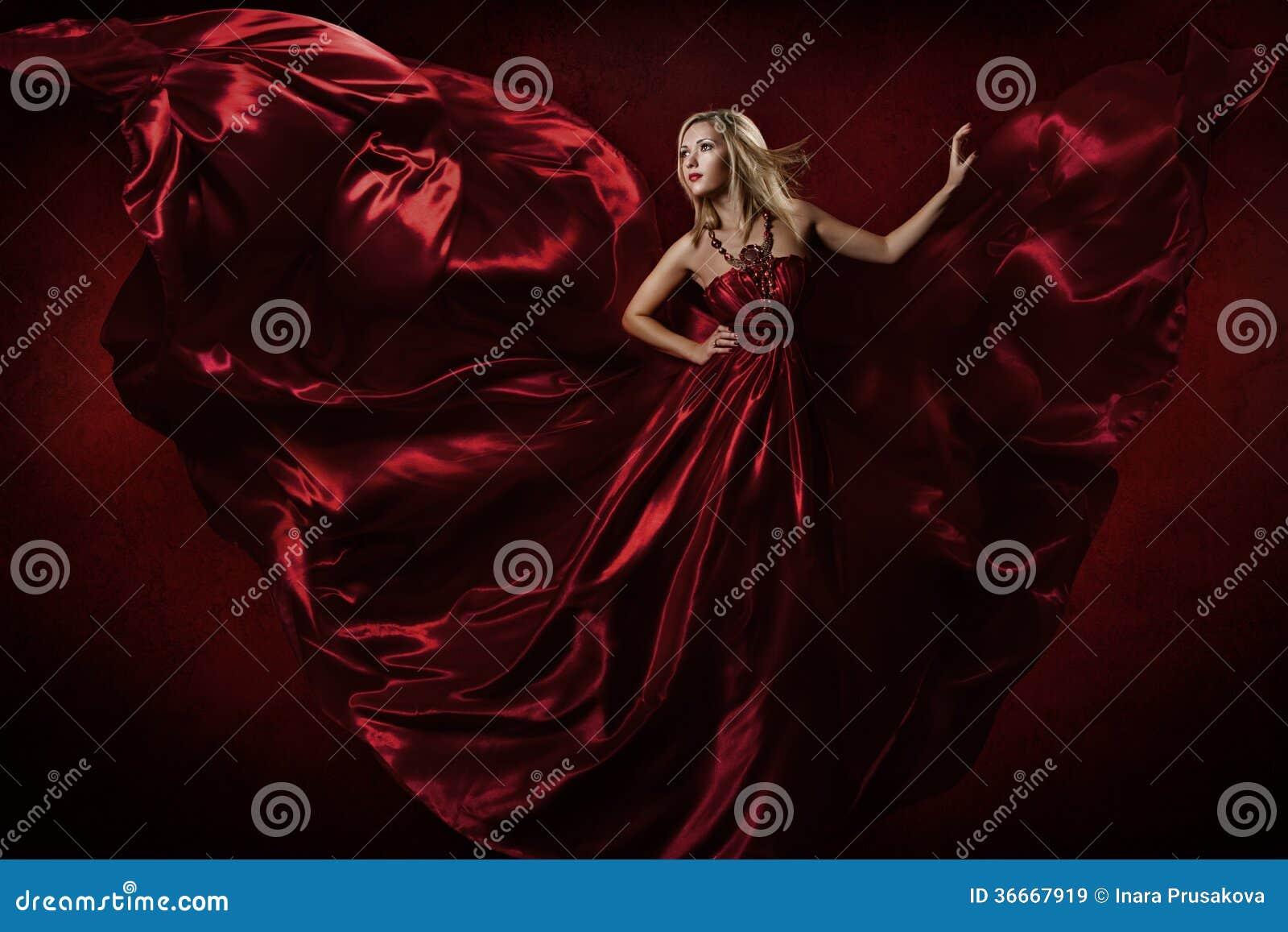 Kvinna i röd vinkande klänningdans med flygtyg