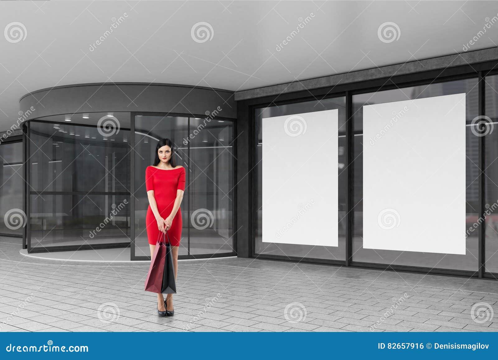 Kvinna i rött nära en galleria