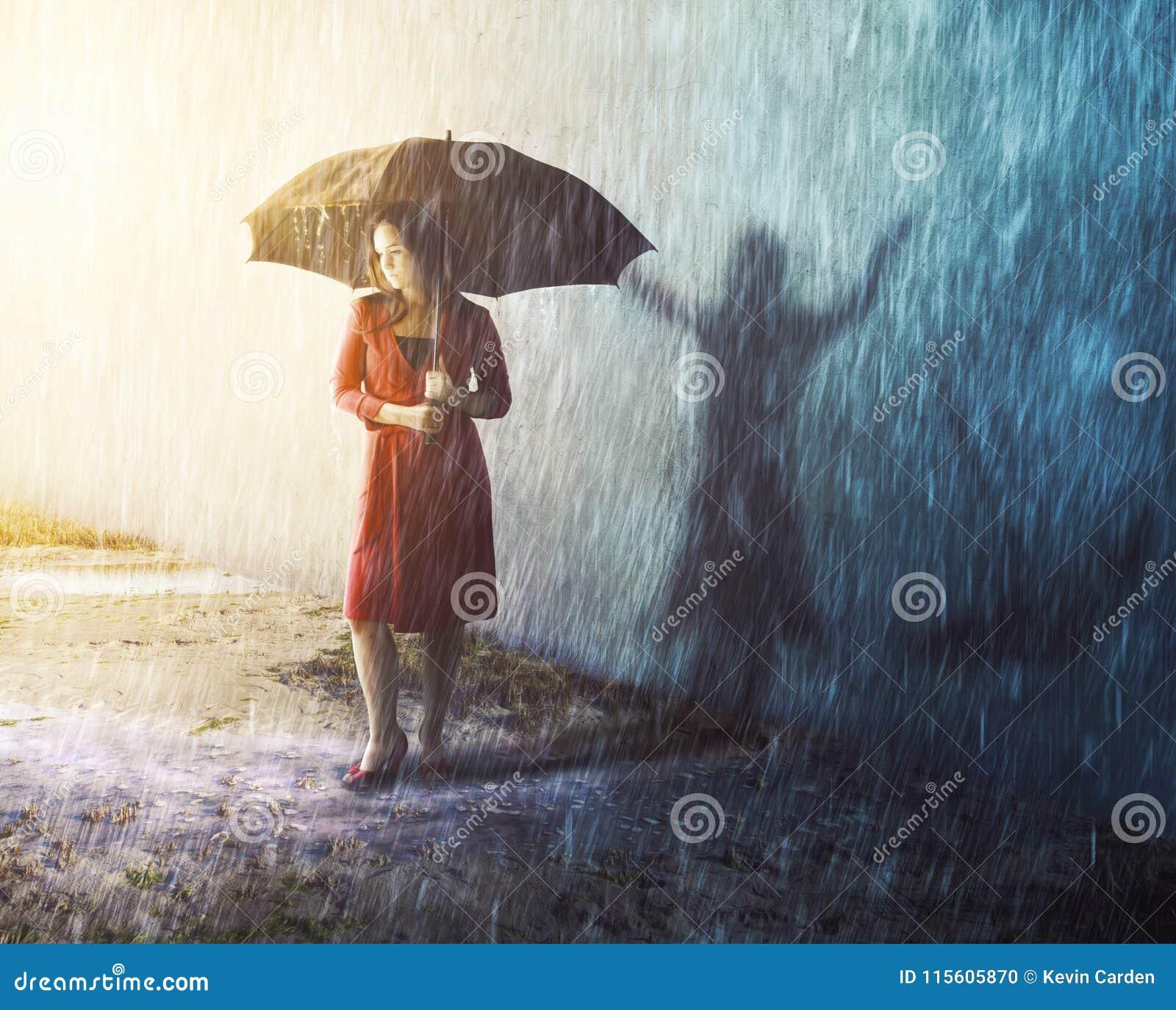Kvinna i regnstorm med skugga