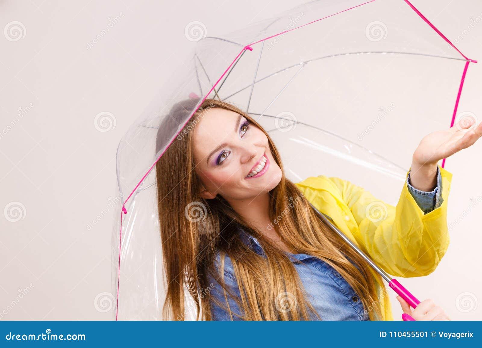 Kvinna i regntätt lag med paraplyet beräkning