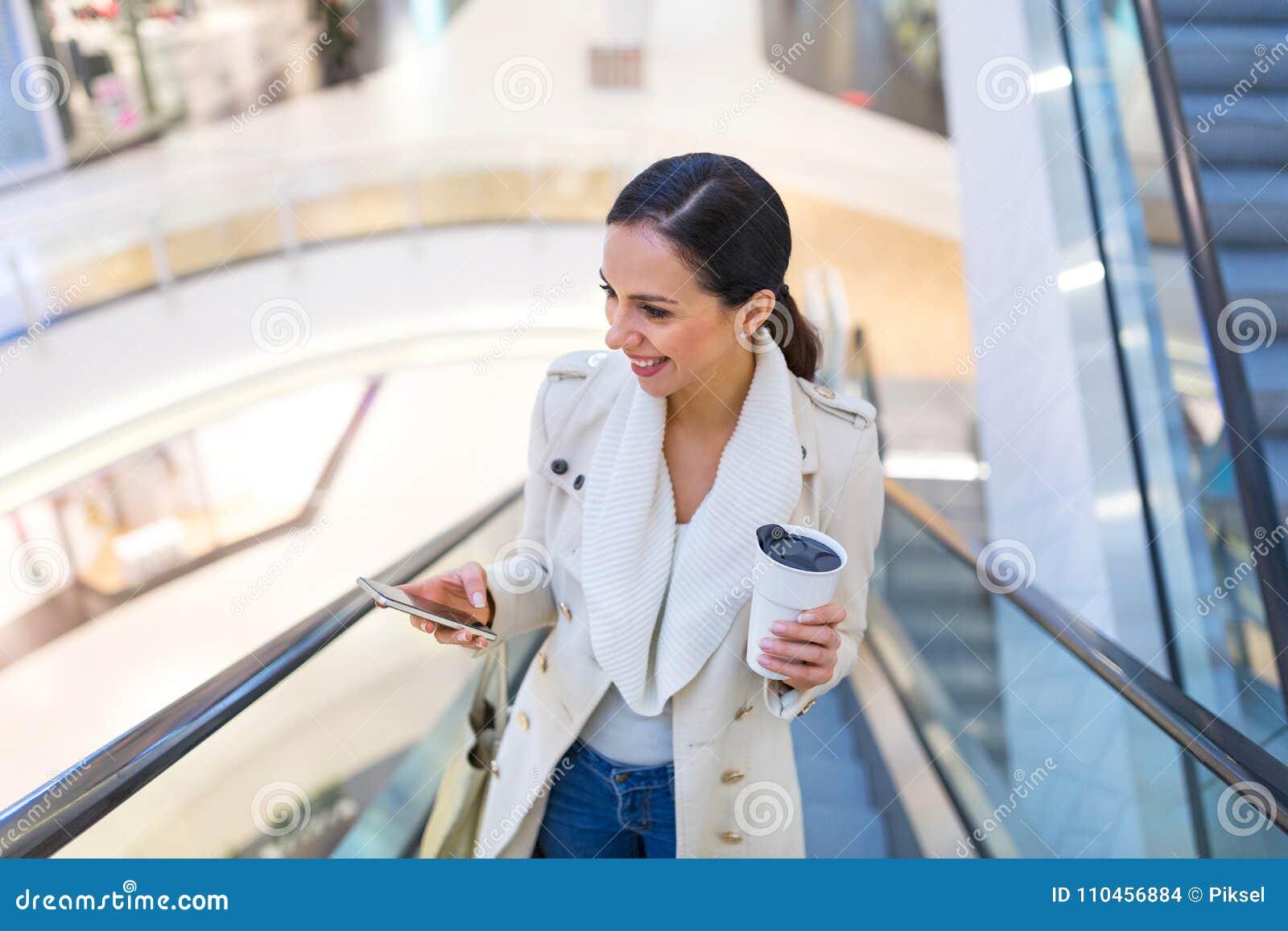 Kvinna i shoppinggalleria