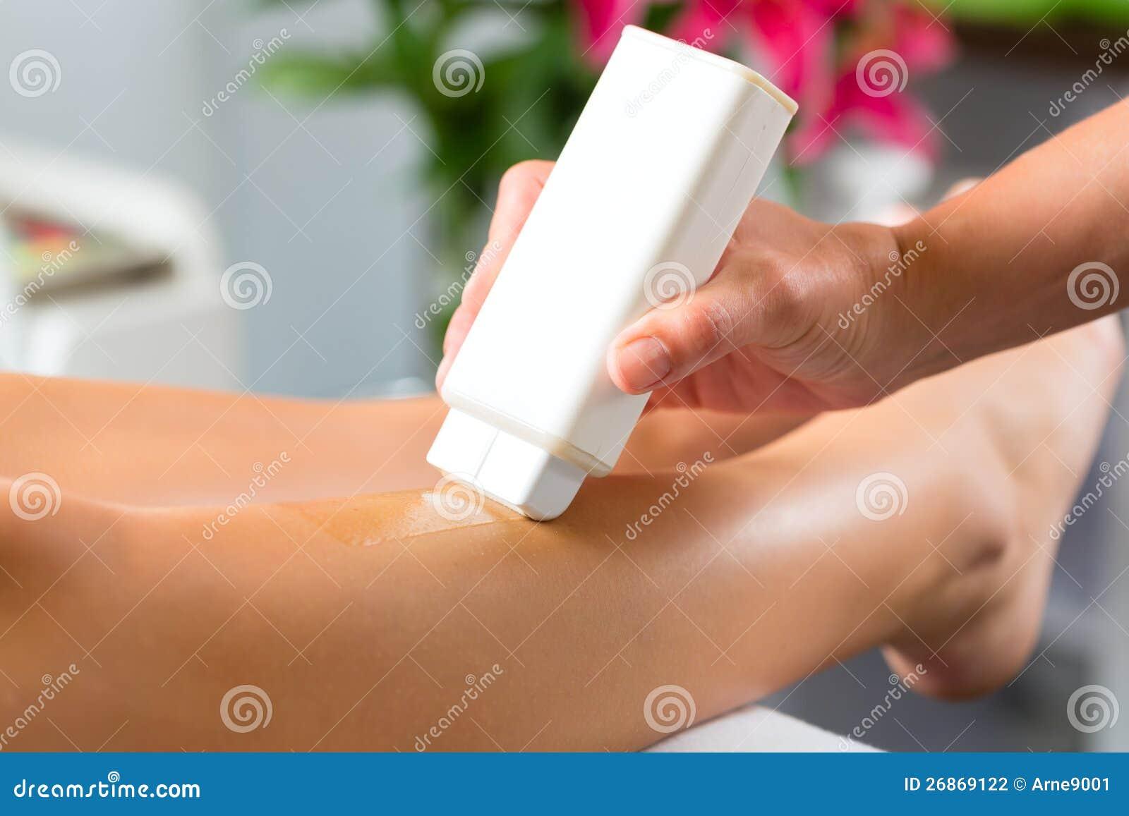Kvinna i Span som får benet vaxt