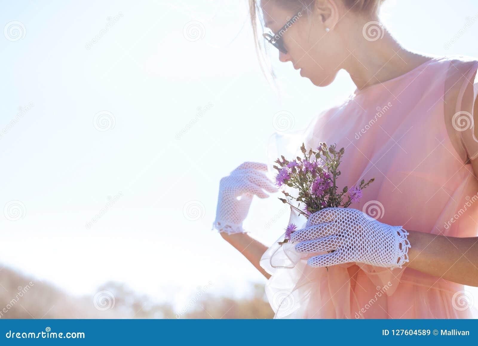 Kvinna i spets- vita handskar