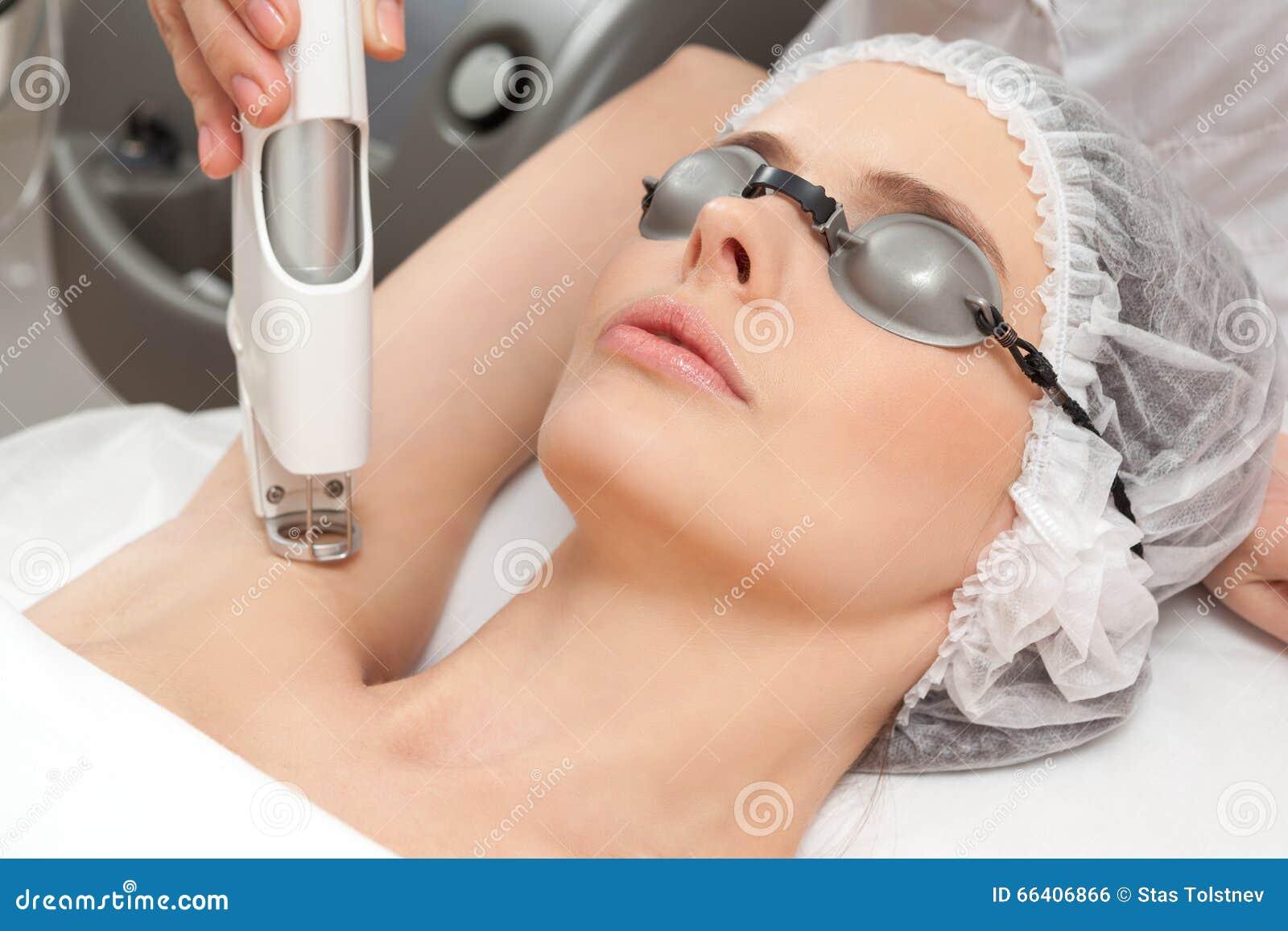 Kvinna i sund skönhetbrunnsortsalong