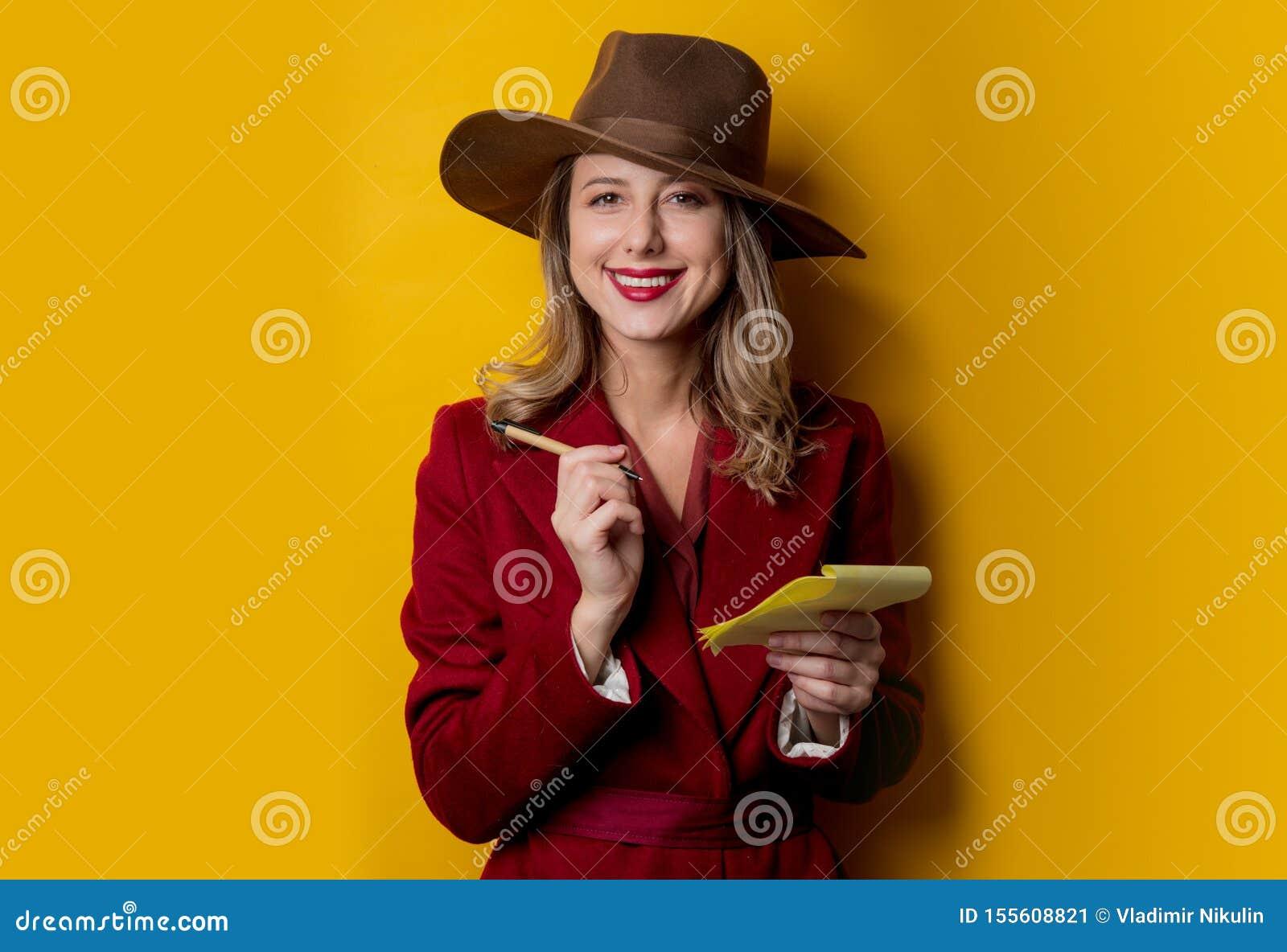 Kvinna i 40-talstilkläder med anteckningsboken och pennan