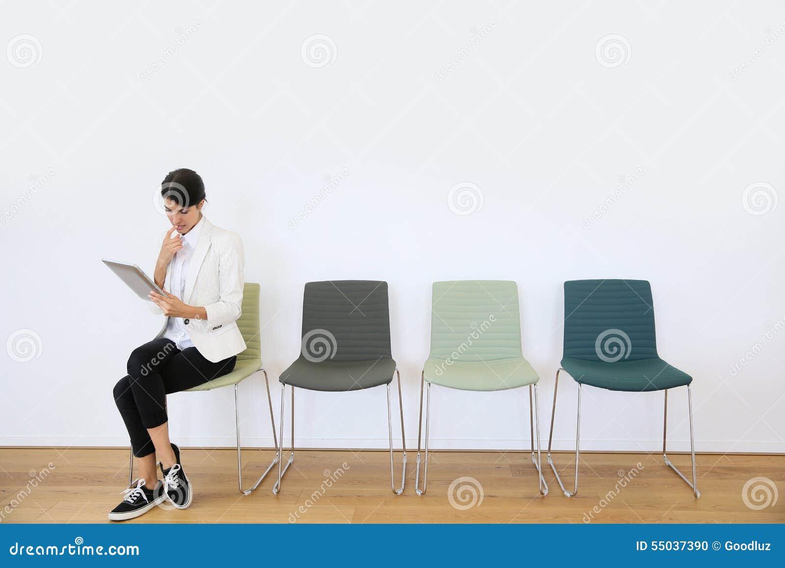 Kvinna i väntande rum genom att använda den digitala minnestavlan