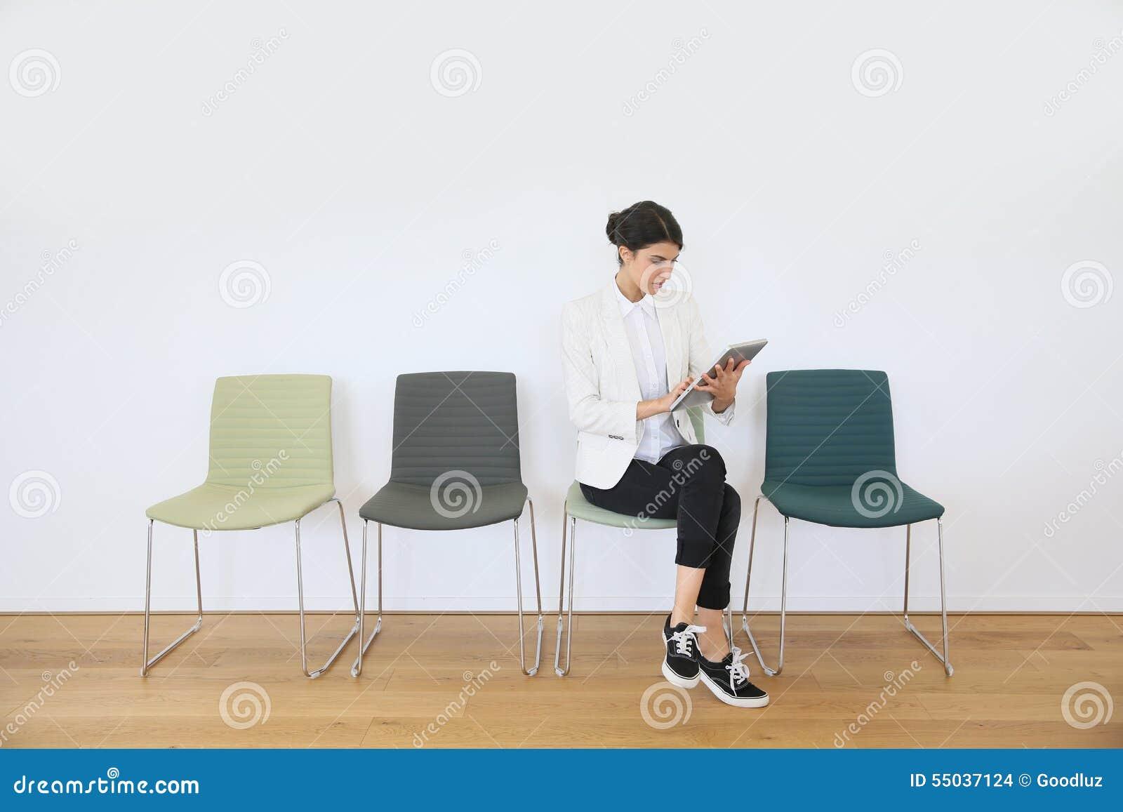 Kvinna i väntande rum på minnestavlan