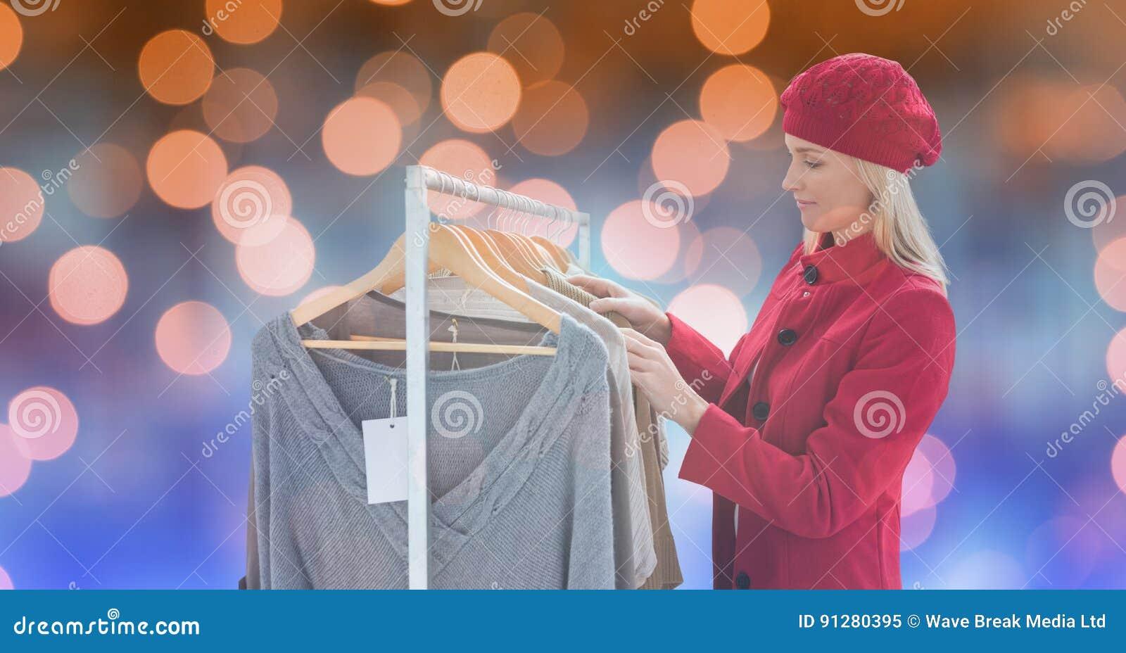 Kvinna i varm kläder som shoppar på lagret